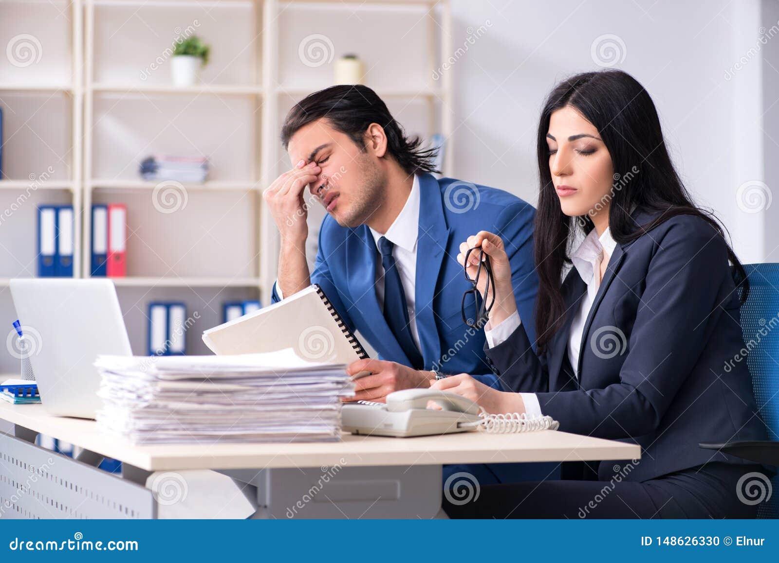 Dois empregados que trabalham no escrit?rio