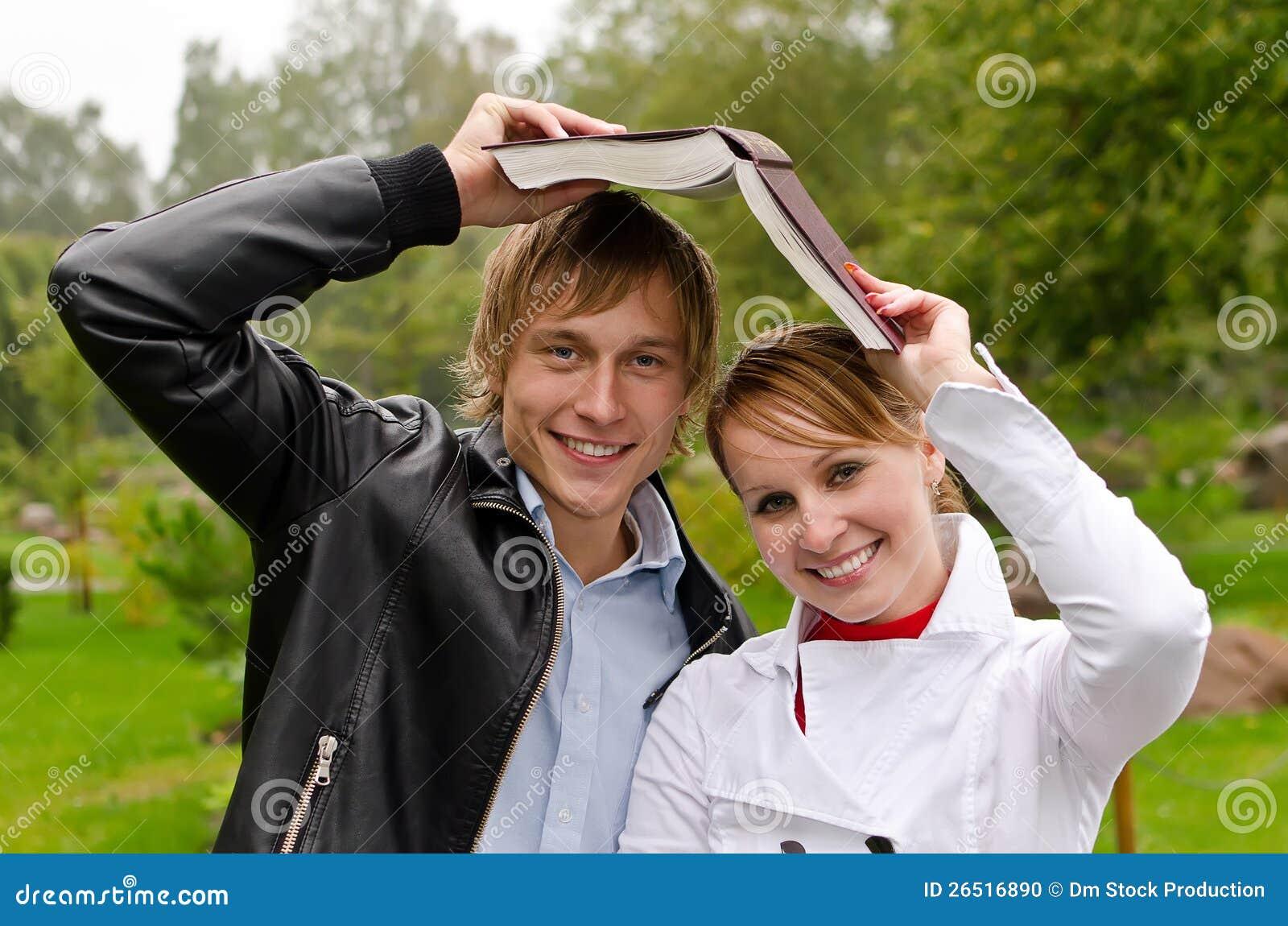 Dois estudantes com livro