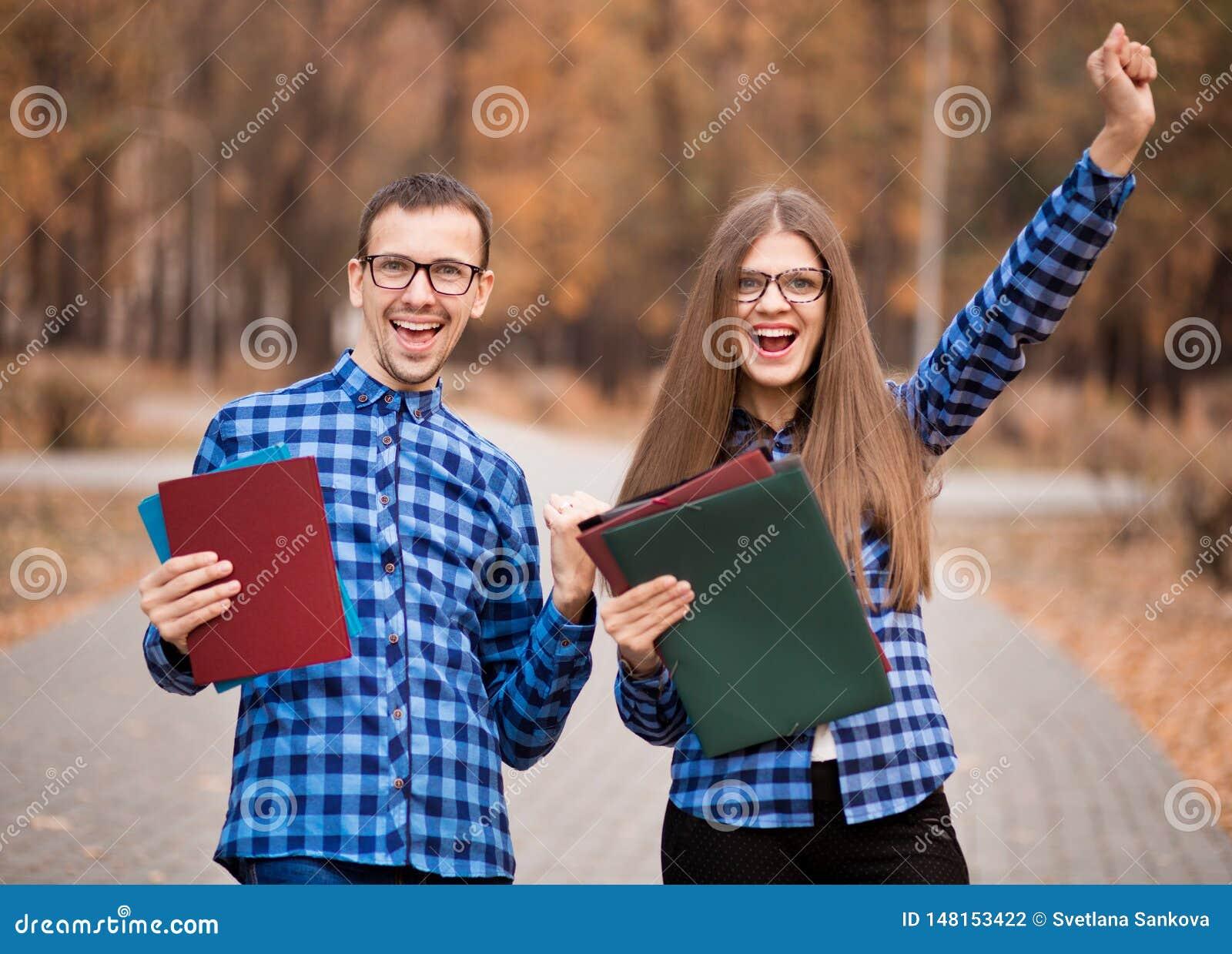 Dois estudantes entusiasmados com exames aprovados