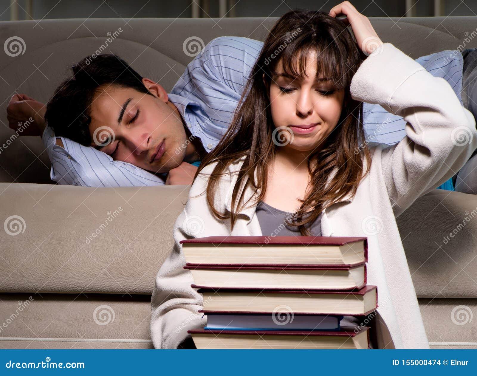Dois estudantes que estudam tarde a prepara??o para exames