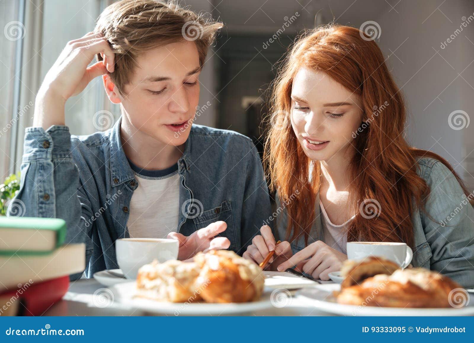 Dois estudantes que fazem lições