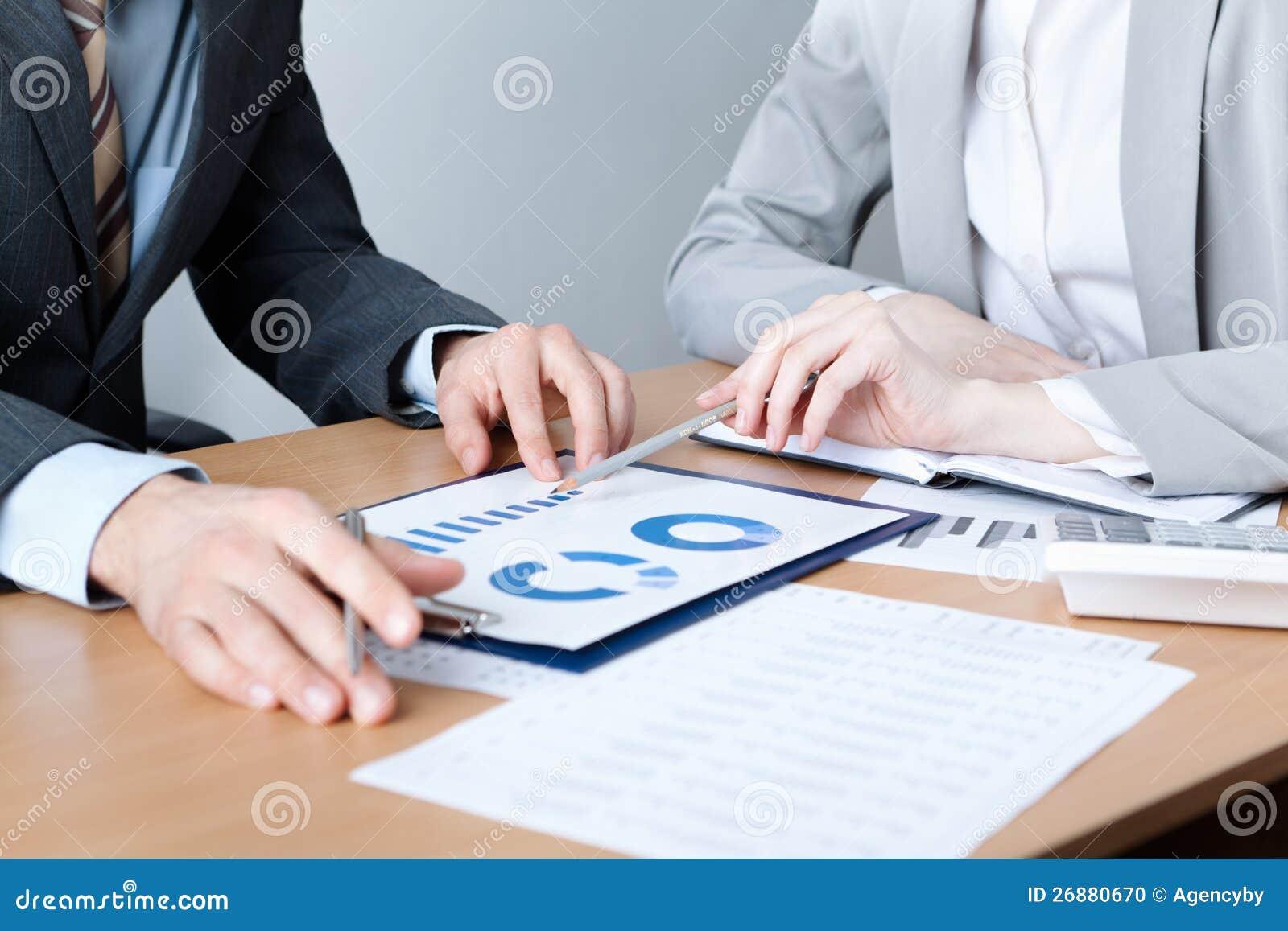 Dois executivos discutem alvos da reunião