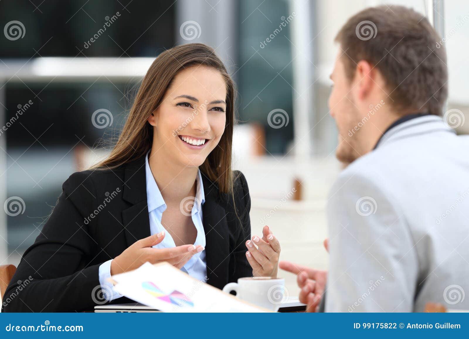 Dois executivos que têm uma conversação do negócio em uma barra