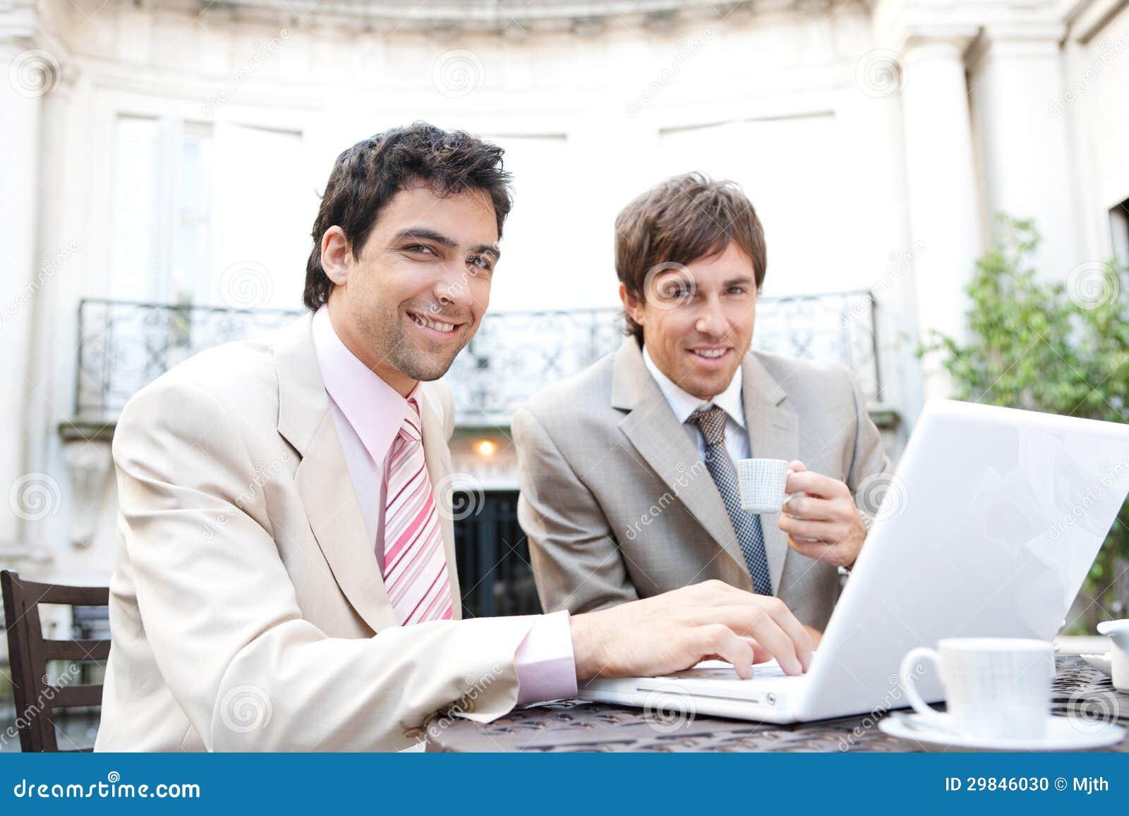 Homens de negócio que encontram-se no café.