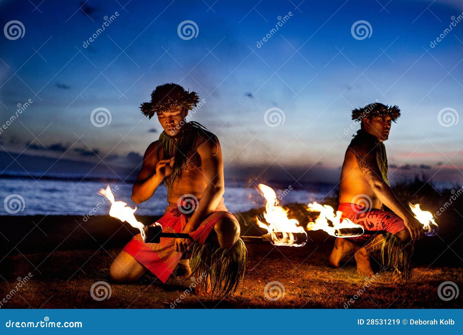 Dois homens havaianos prontos para dançar com incêndio