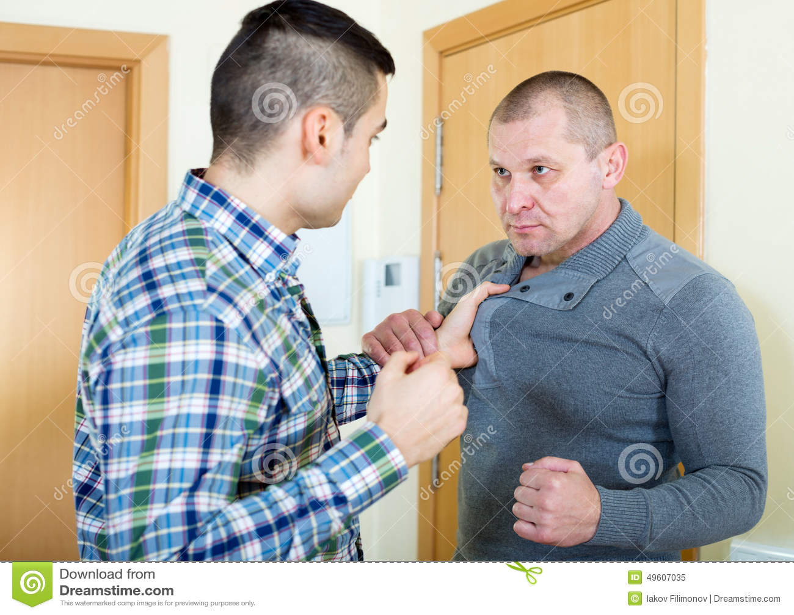 Dois homens irritados