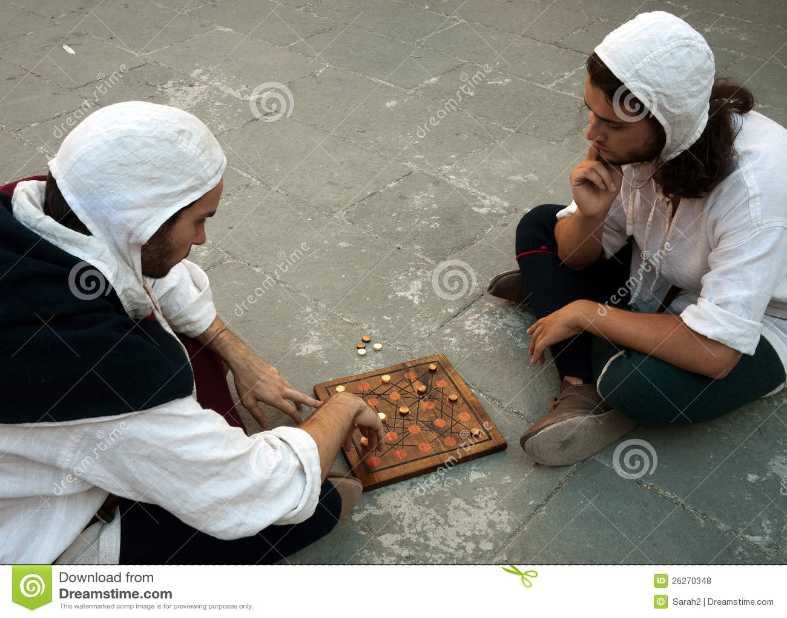 Dois homens no traje que joga o jogo de mesa medieval