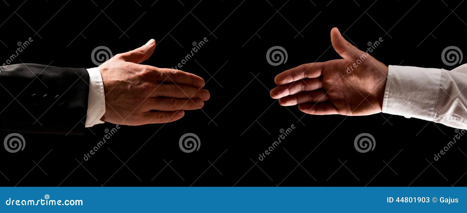 Dois homens que alcançam para fora para agitar as mãos