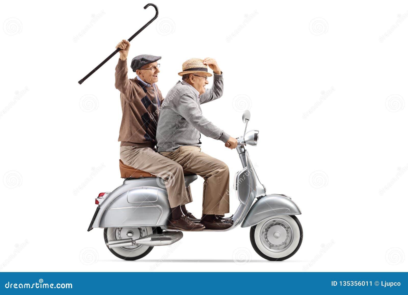 Dois homens superiores que montam um  trotinette  do vintage e que acenam com um bastão