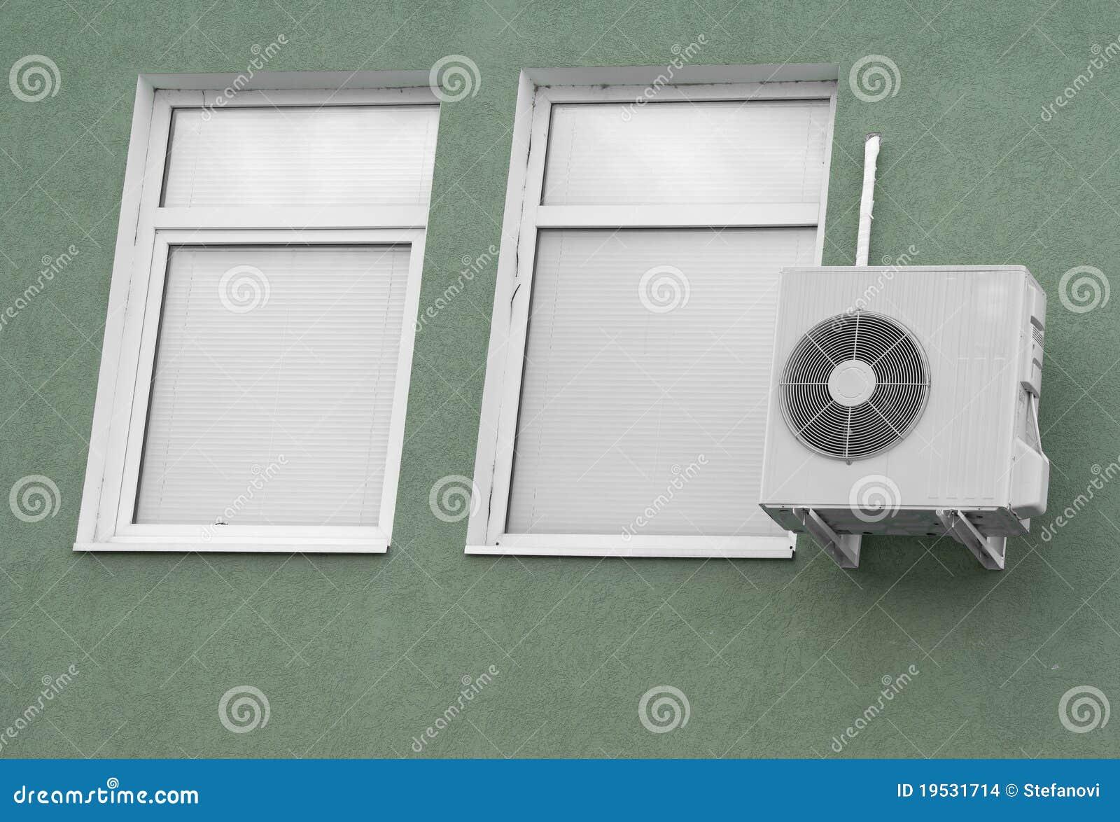 Dois indicadores com cortinas brancas e ar-condição