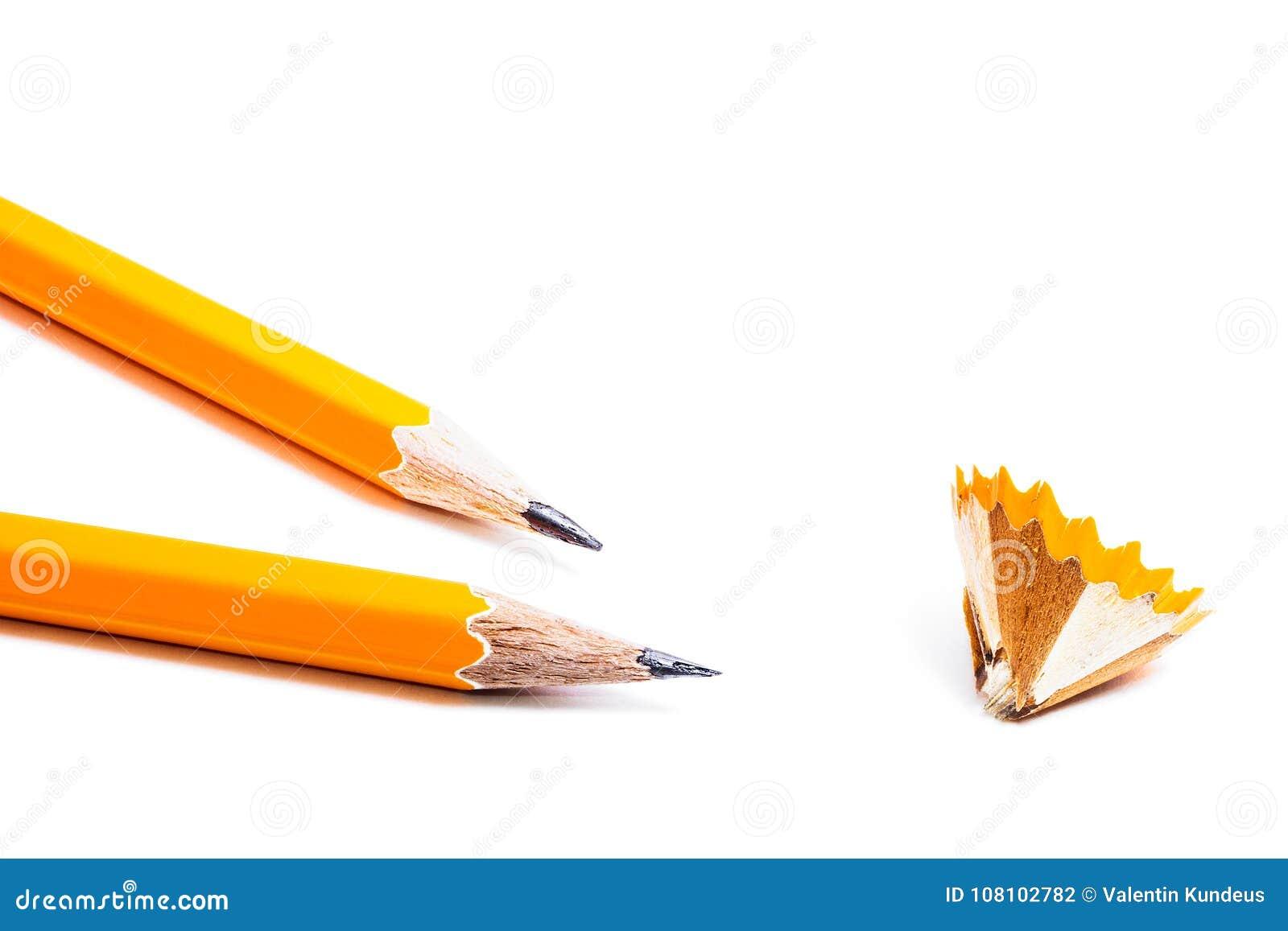 Dois lápis com apontar aparas no fundo branco statio