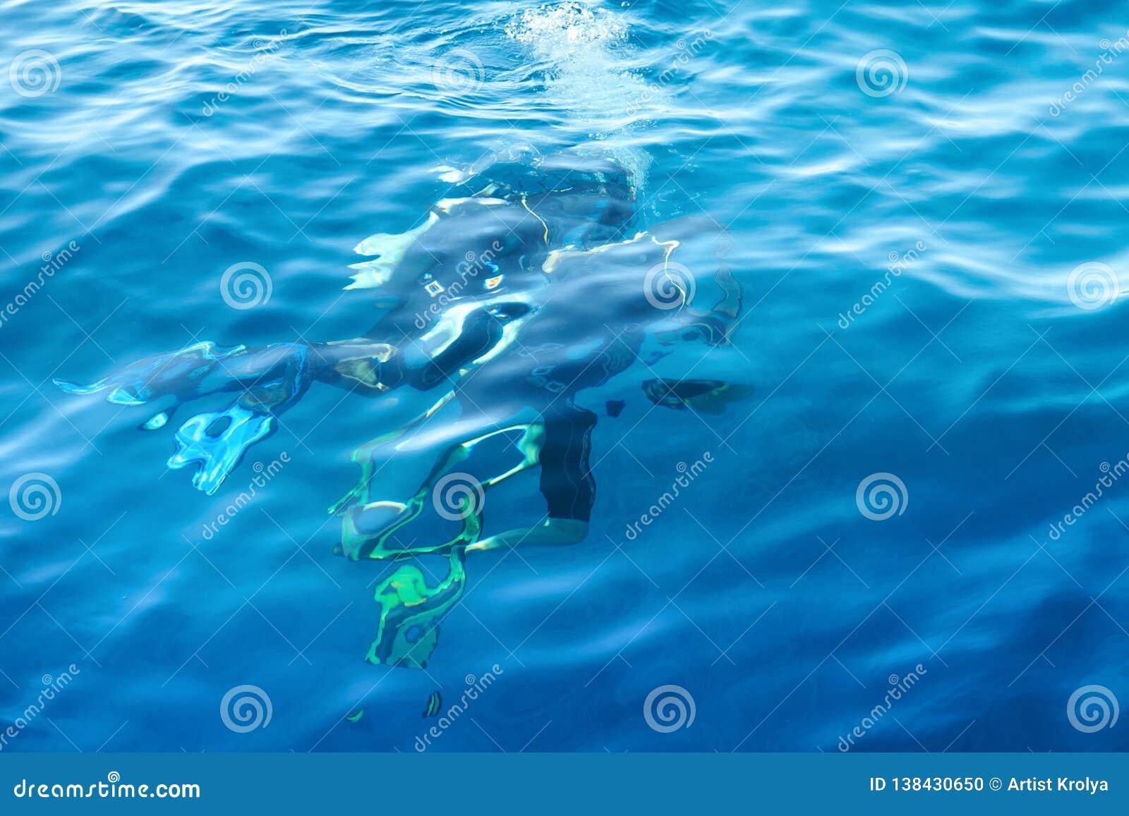 Dois mergulhadores de mergulhador sob a água