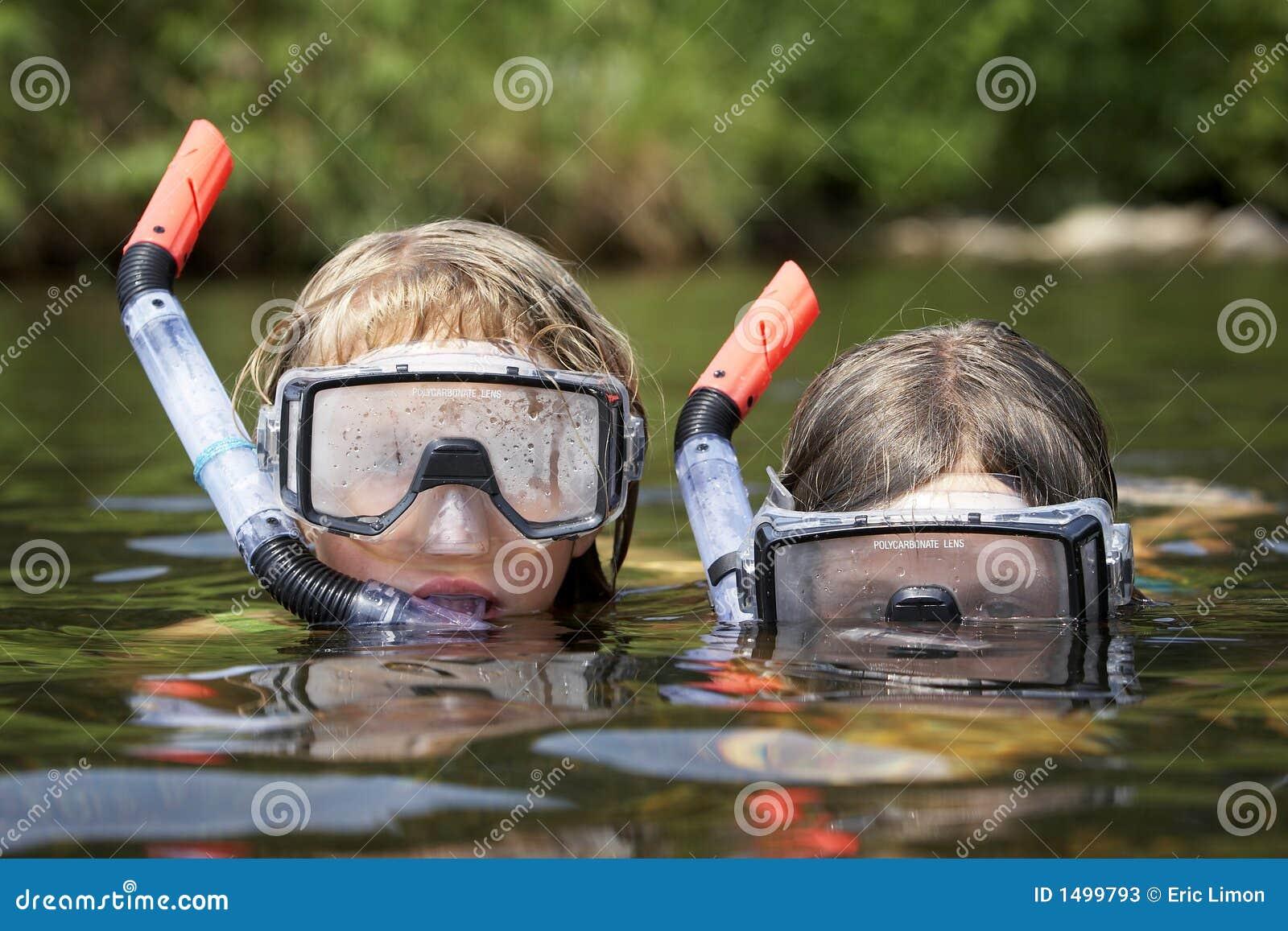 Dois miúdos que jogam na água