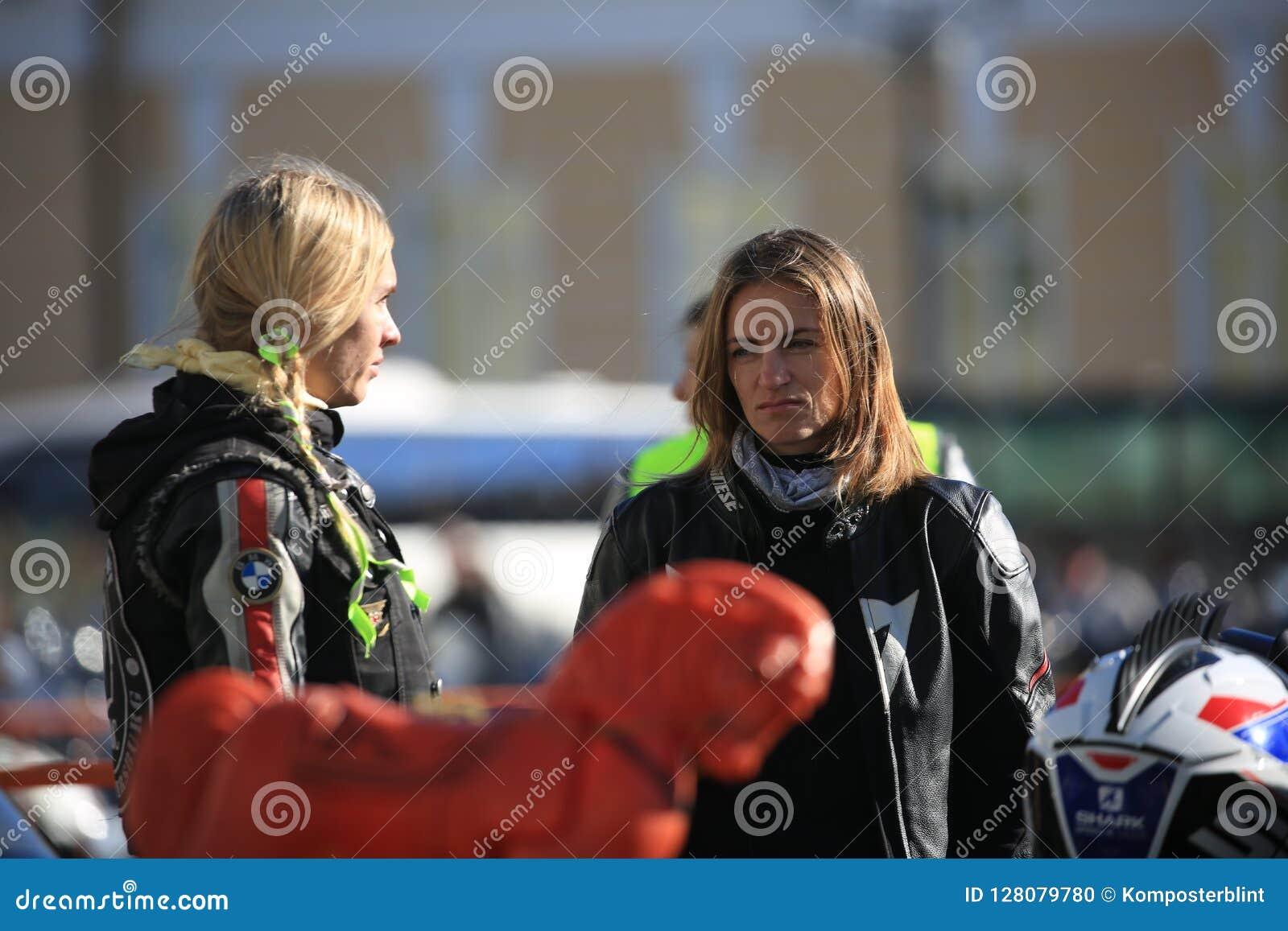 Dois motociclistas fêmeas que falam entre si