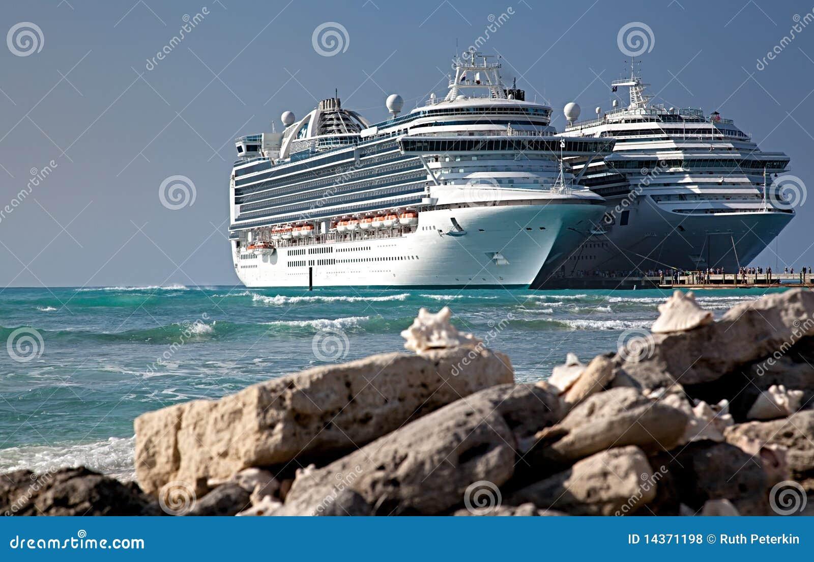 Dois navios de cruzeiros entrados