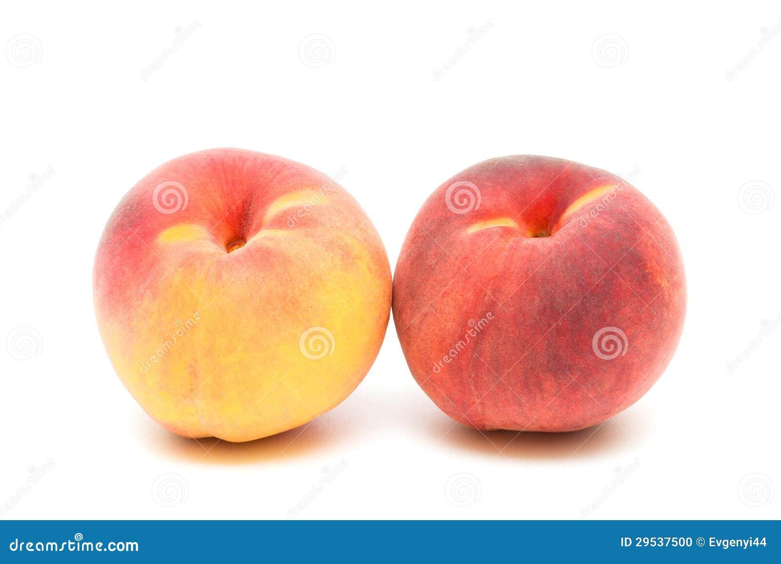 Dois pêssegos em um fim-acima branco do fundo