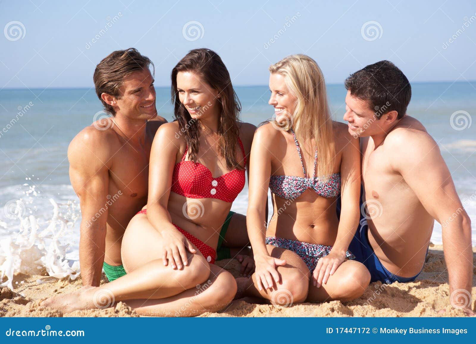 Dois pares novos no feriado da praia