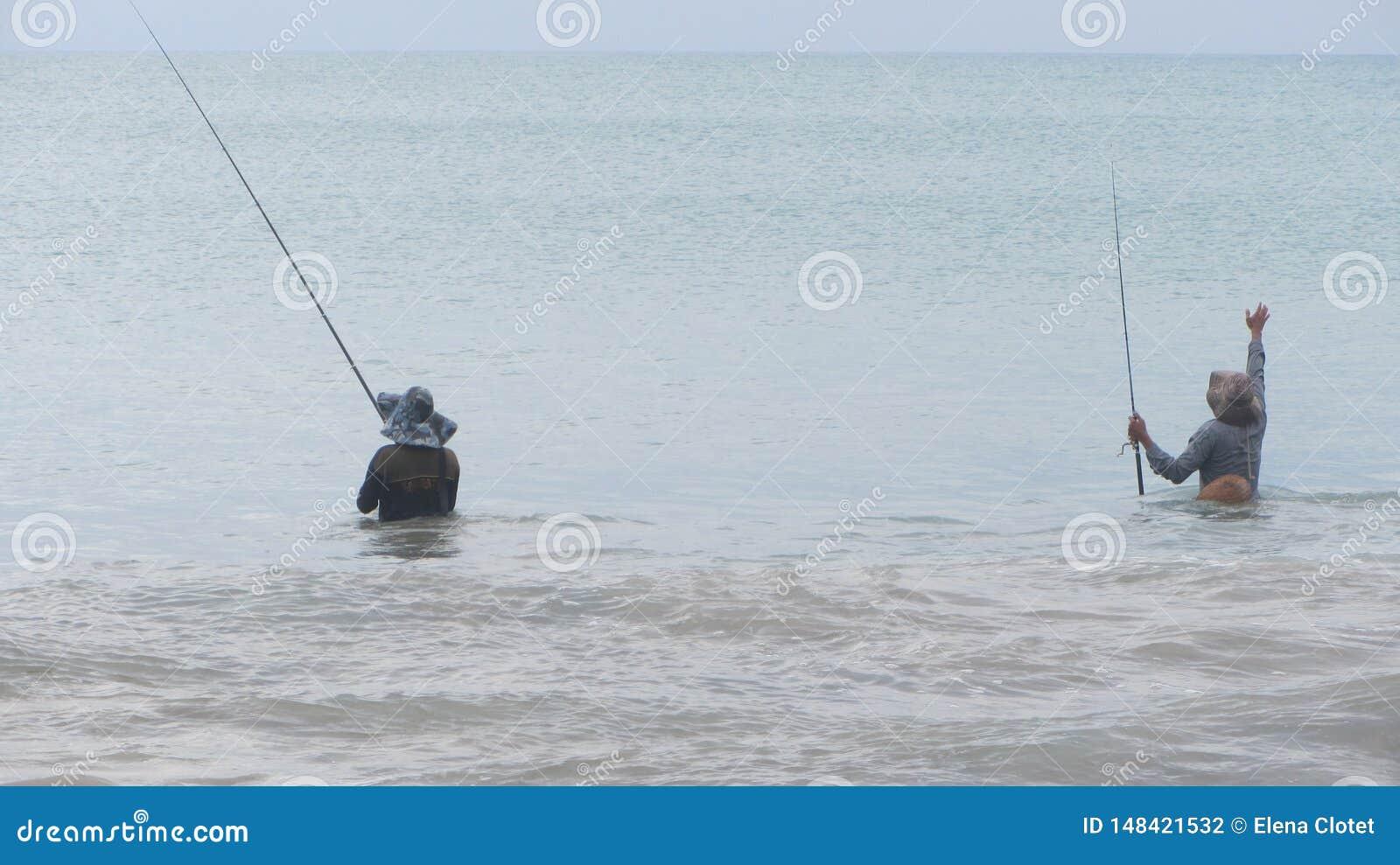 Dois pescadores com partes traseiras
