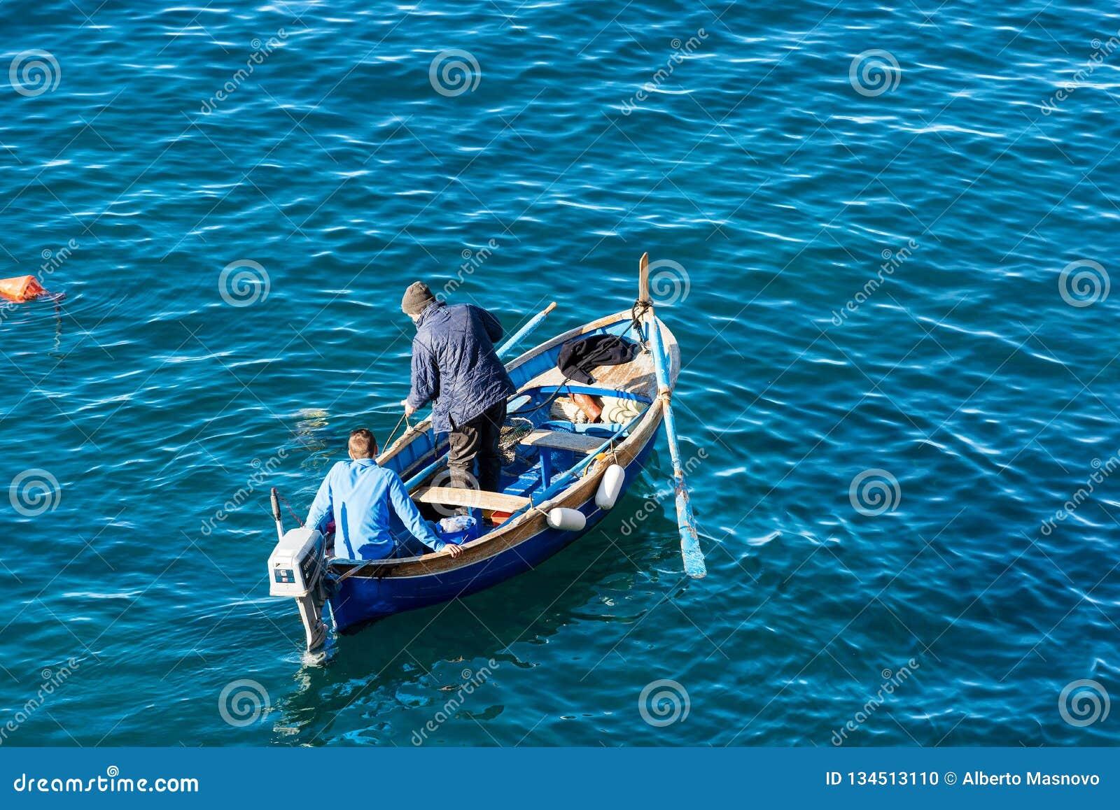 Dois pescadores em um barco - Riomaggiore Liguria Itália