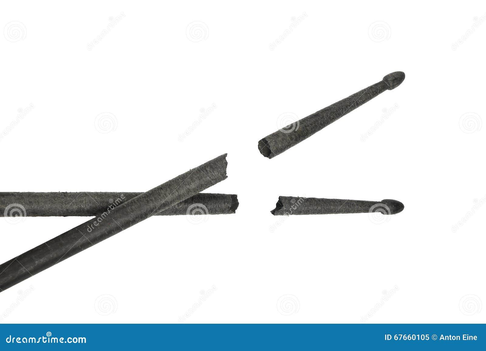 Dois pilões pretos quebrados isolados no branco