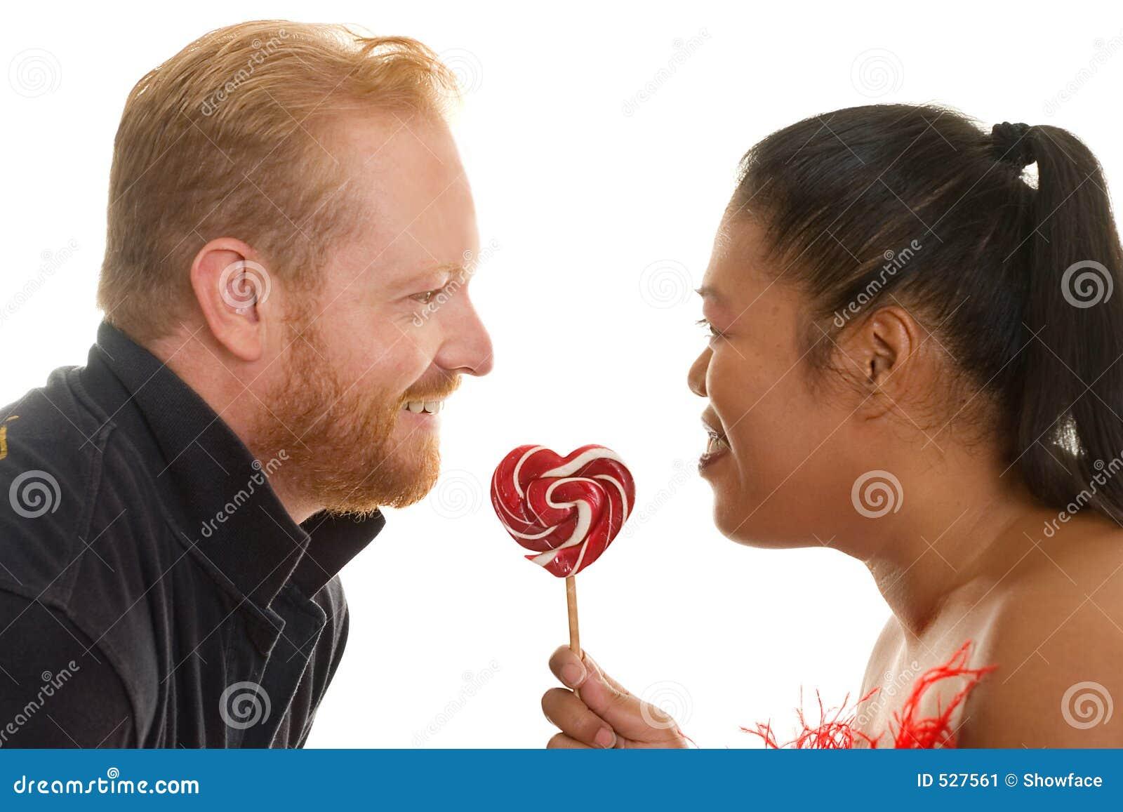 Dois povos compartilham de uns doces