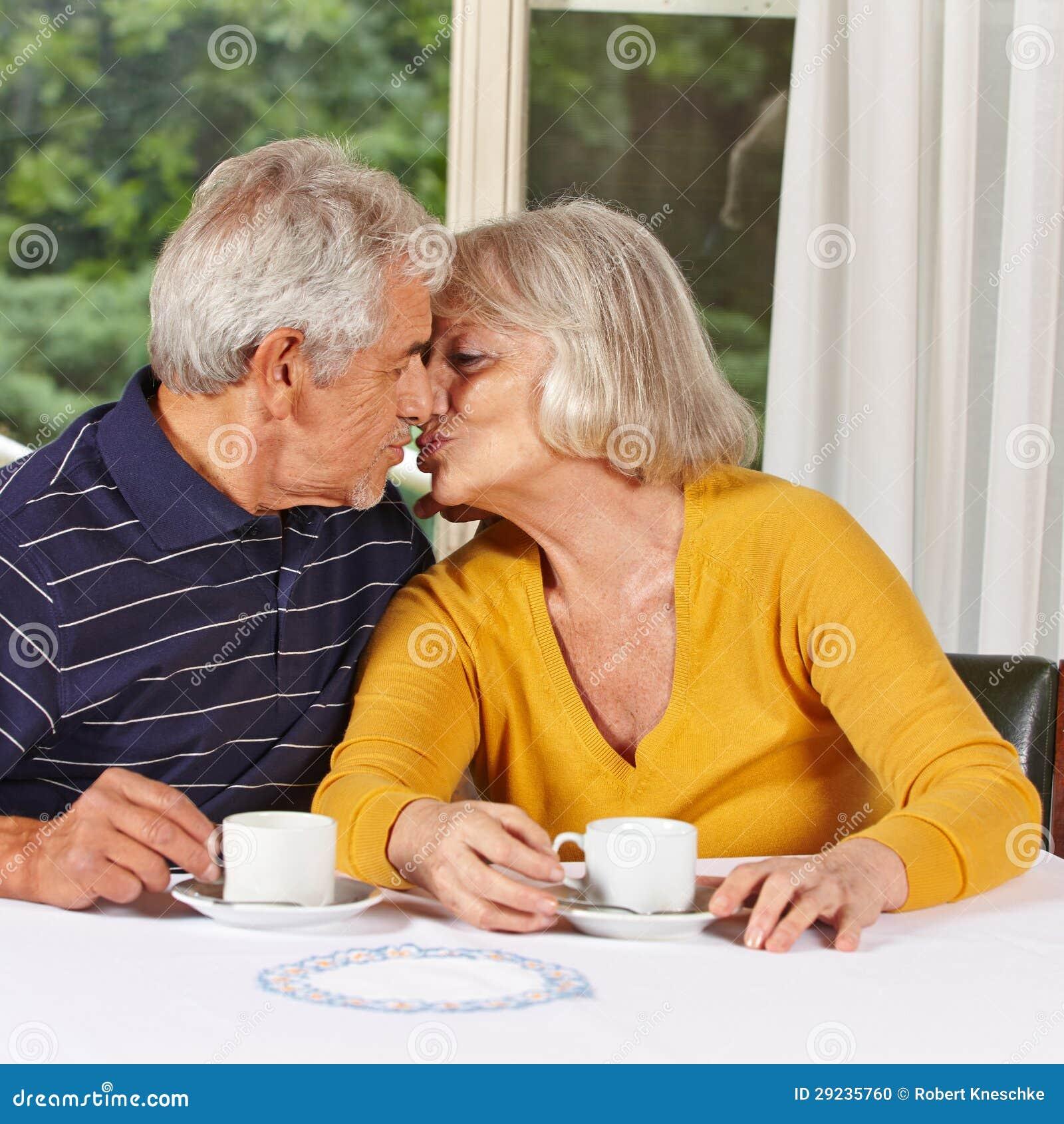Download Dois Povos Superiores No Beijo Do Amor Foto de Stock - Imagem de diário, índice: 29235760