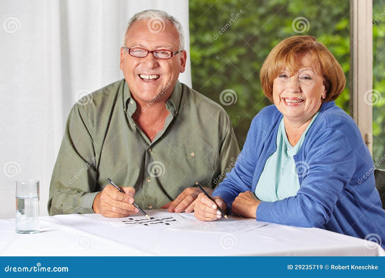 Download Dois Povos Superiores Que Resolvem Crivos Imagem de Stock - Imagem de caucasiano, crossword: 29235719