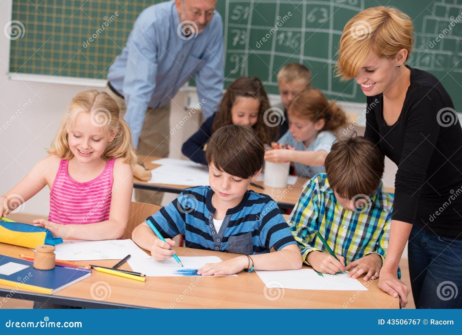 Dois professores na classe com seus estudantes novos