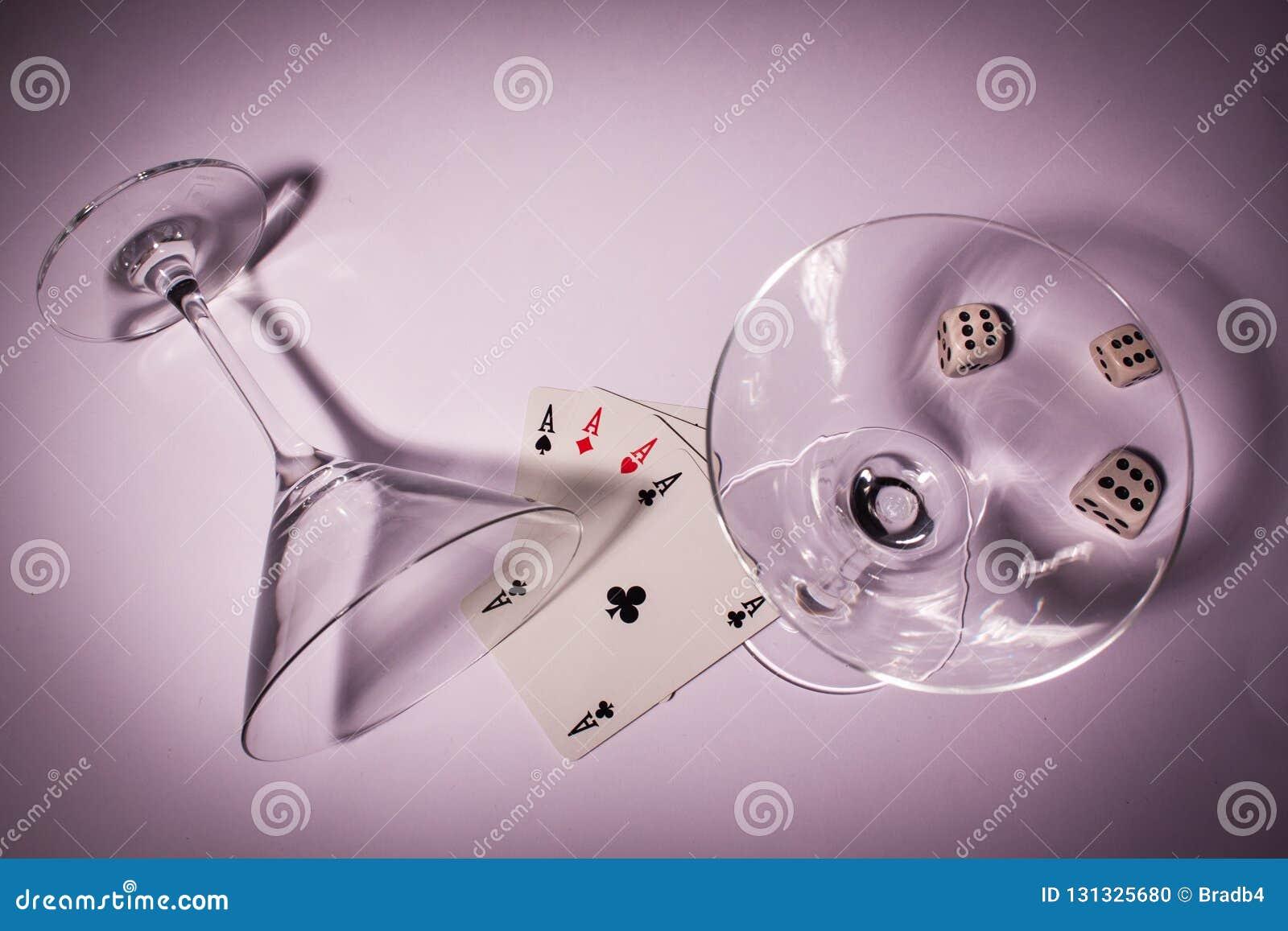 Dois vidros com pôquer e três cortam