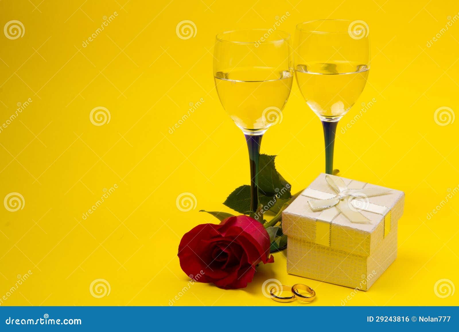 Download Dois Vidros Com Videira E Rosas Foto de Stock - Imagem de cristal, líquido: 29243816
