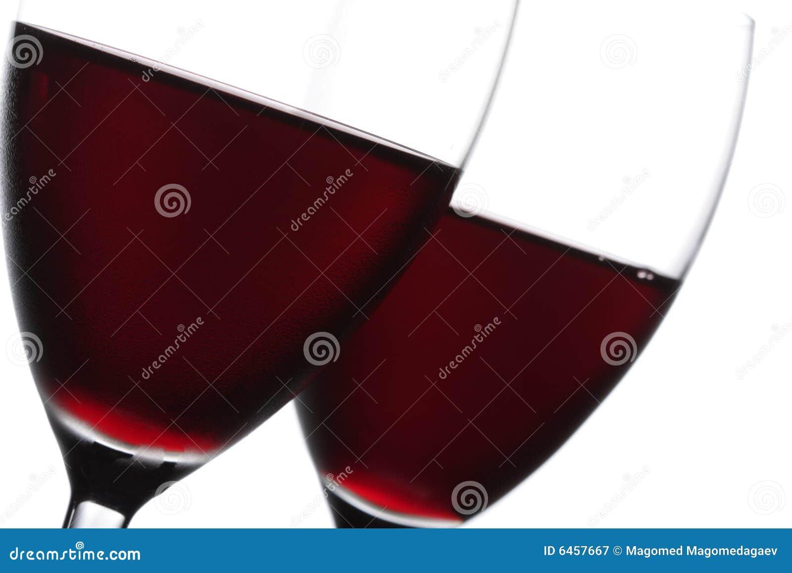 Dois vidros do close up do vinho vermelho