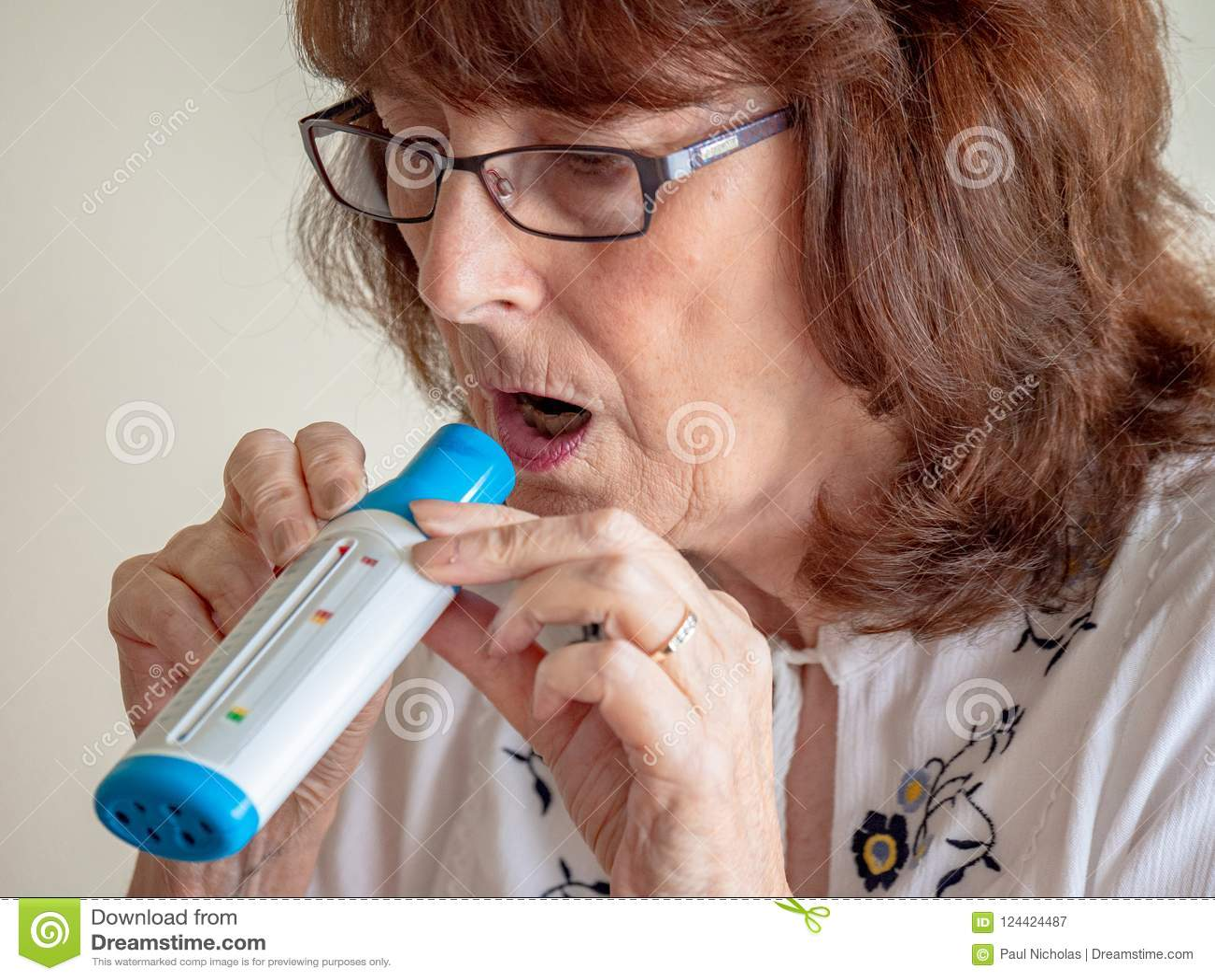Dojrzała dama używa płuco lotniczego przepływu monitoru