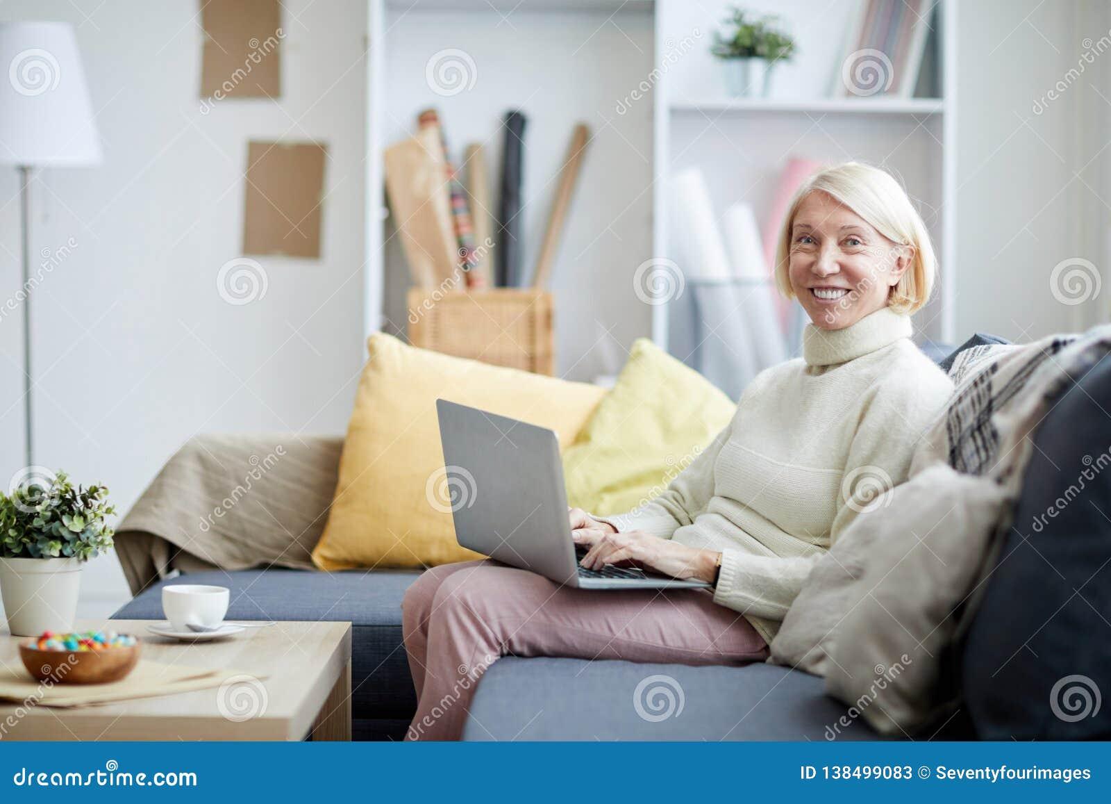 Dojrzała kobieta z laptopa