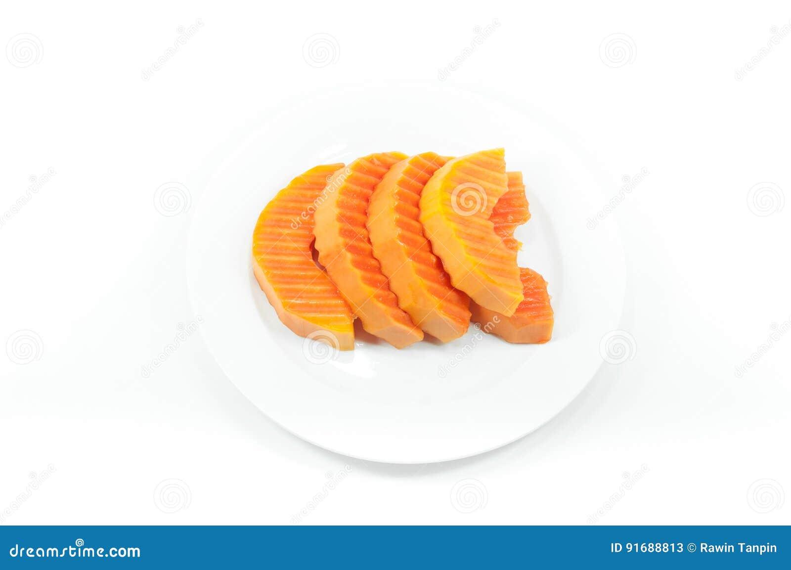 Dojrzała melonowiec owoc pokrajać na białym naczyniu na bielu