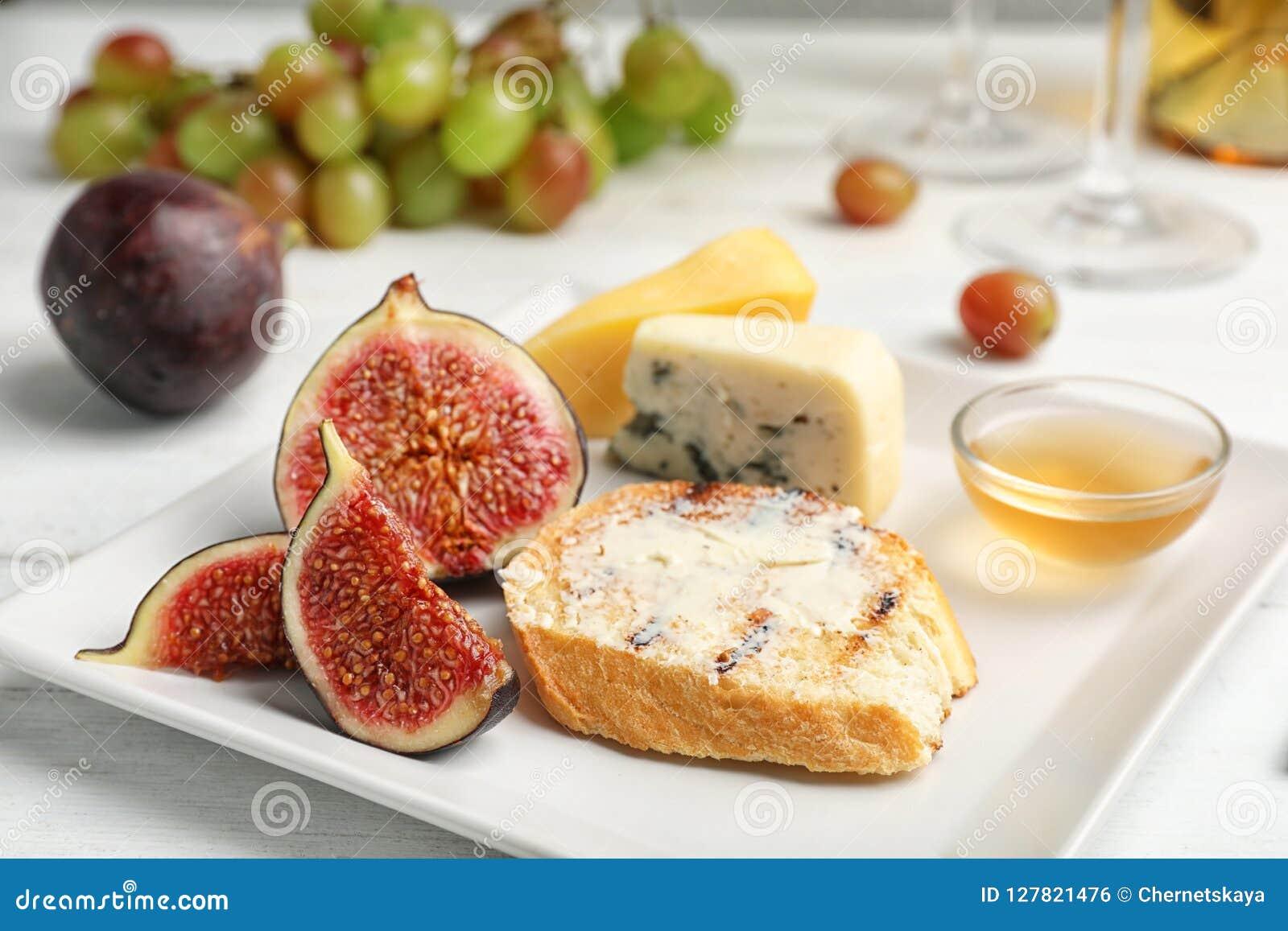 Dojrzałe figi i plasterek chleb z masłem