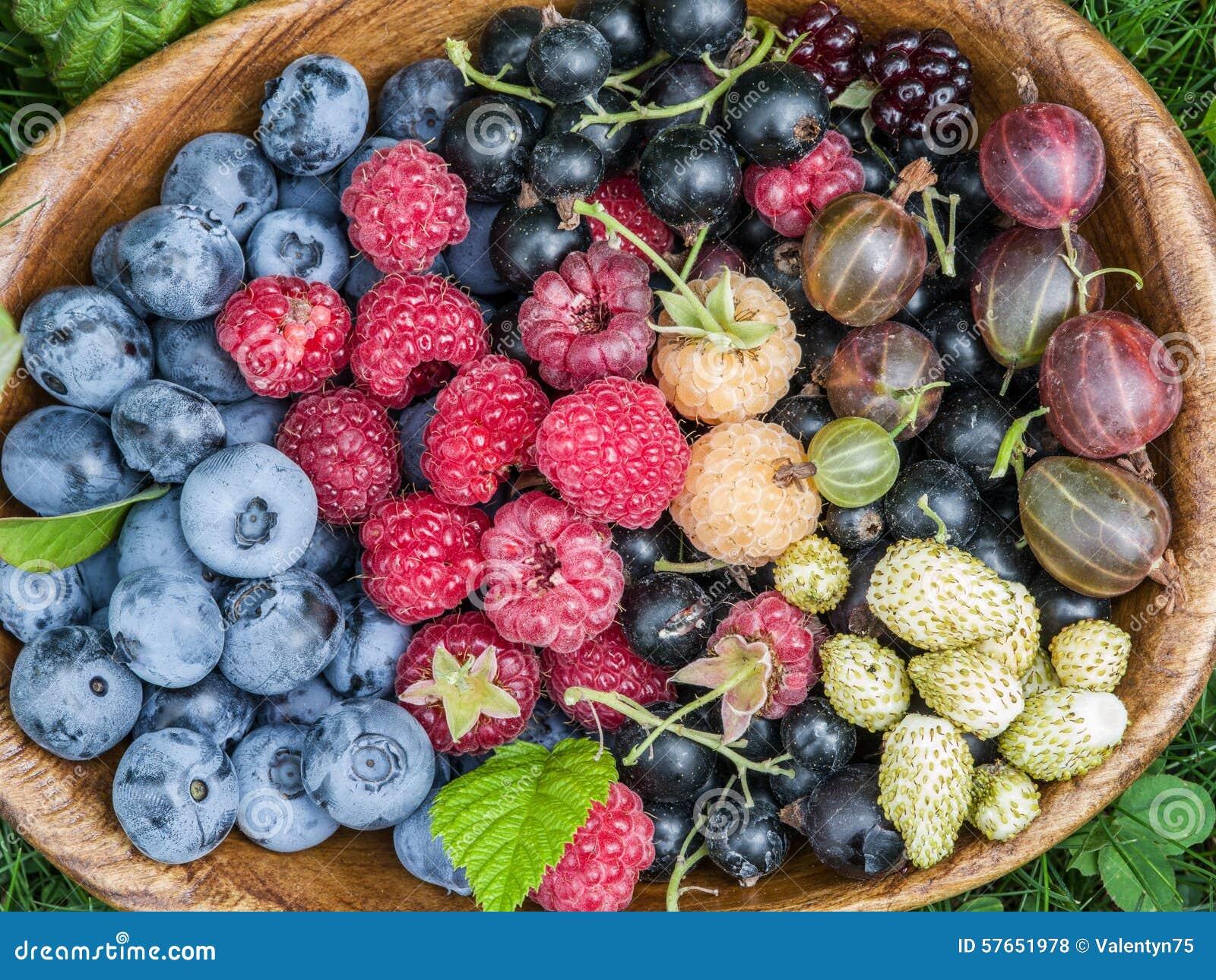 Dojrzałe jagody w drewnianym pucharze