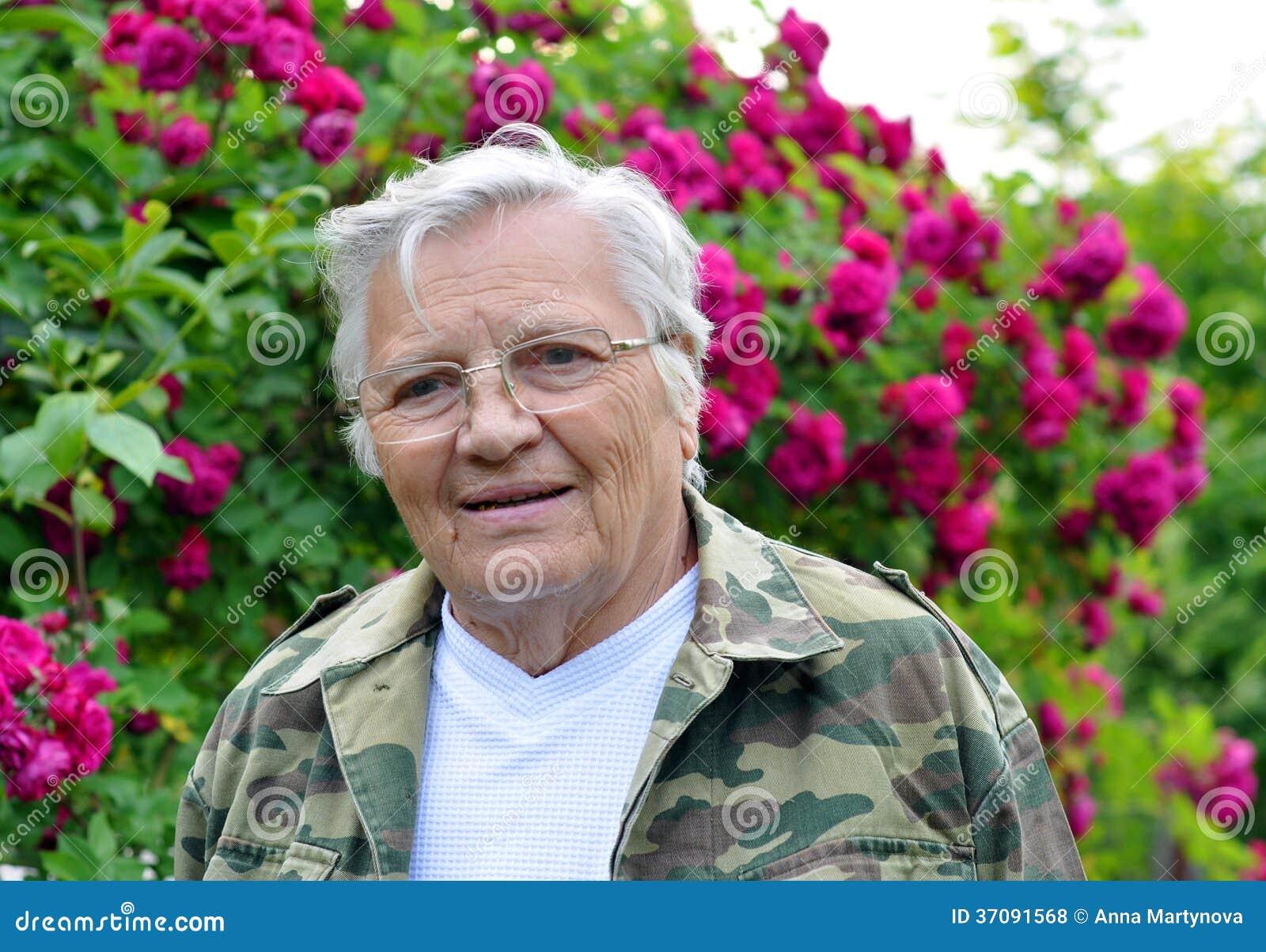 Download Dojrzałej Kobiety Ogrodniczki Przyglądający Zamyślenie Opuszczać Zdjęcie Stock - Obraz złożonej z natura, ludzie: 37091568