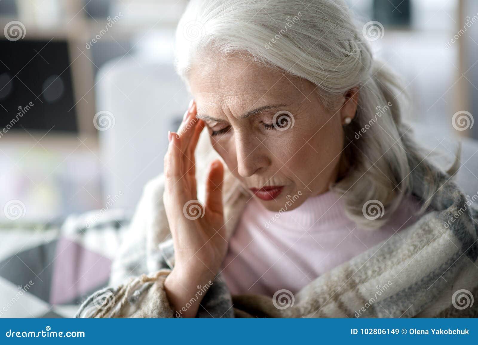 Dojrzały kobiety cierpienie od migreny