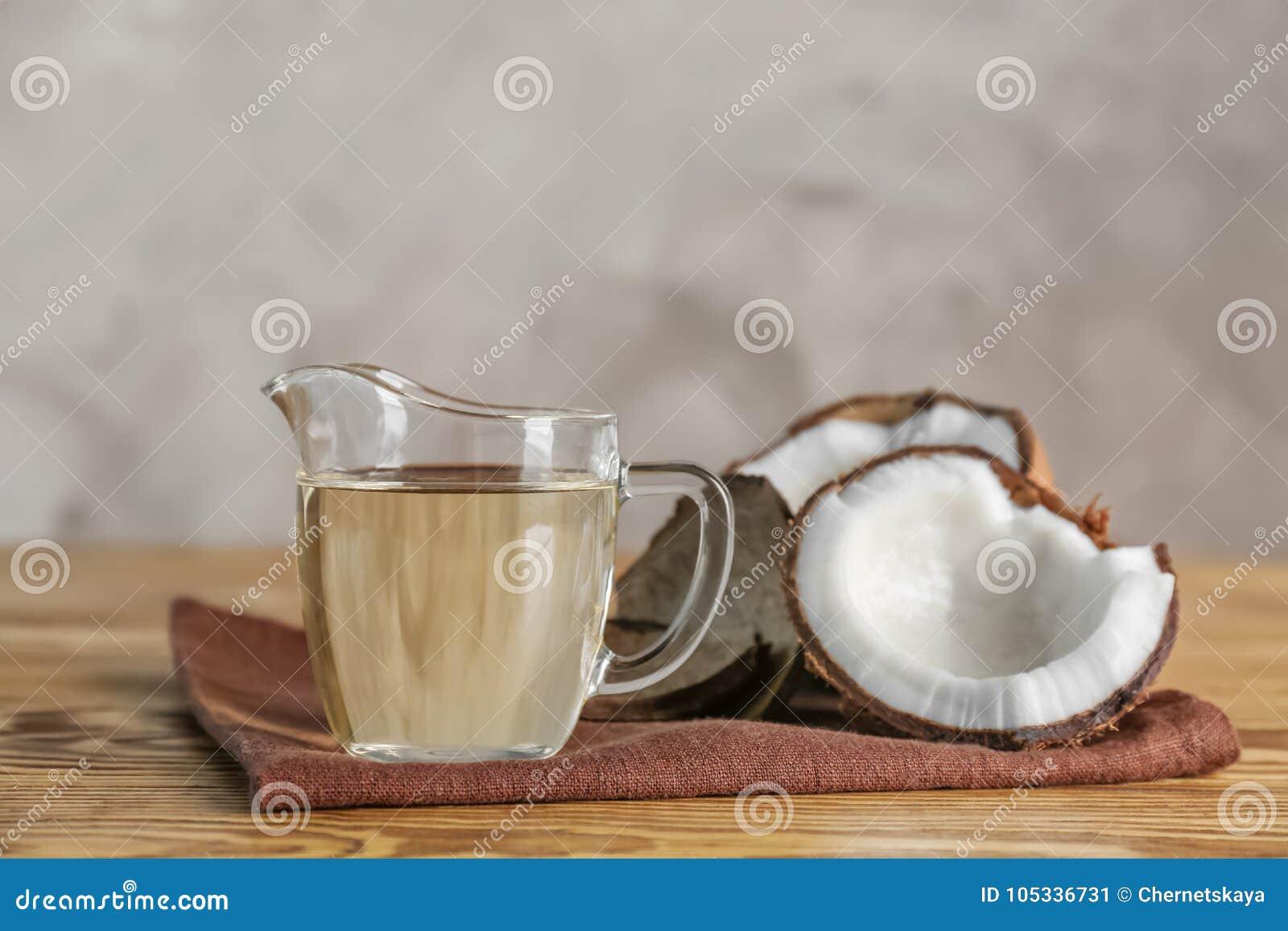 Dojrzały koks i miotacz z olejem na stole