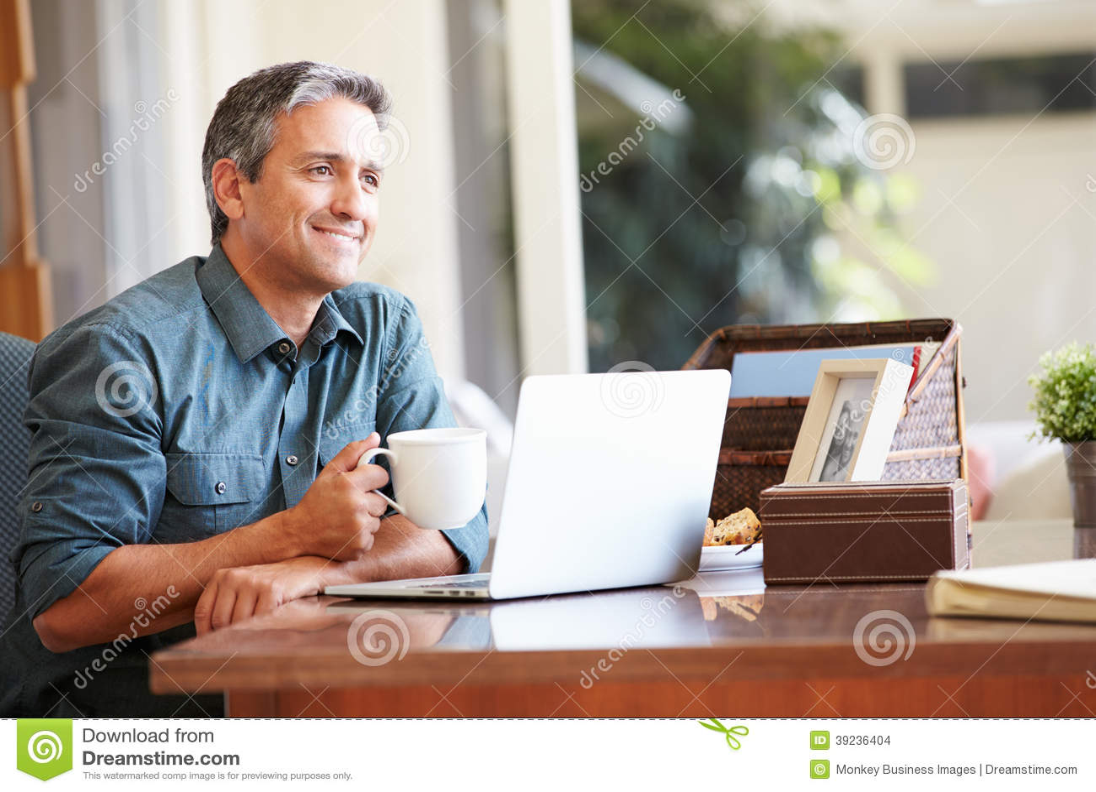 Dojrzały Latynoski mężczyzna Używa laptop Na biurku W Domu