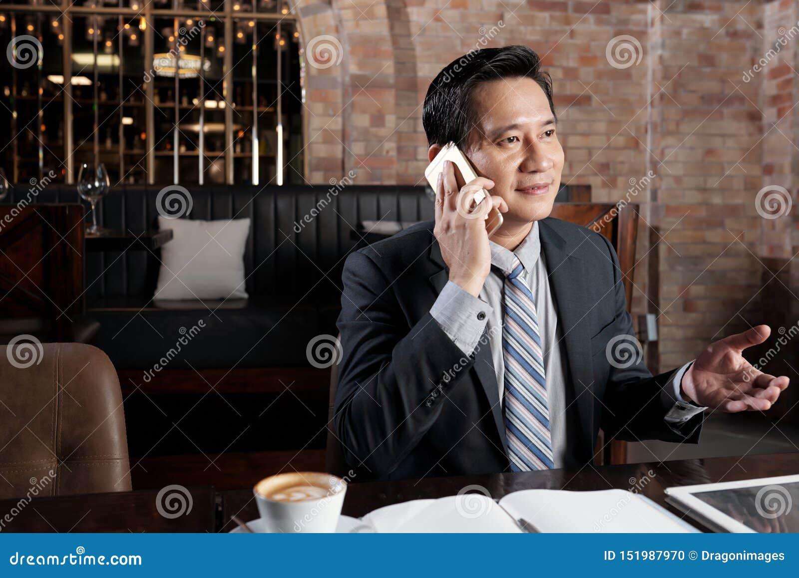 Dojrzały wietnamczyk w kawiarni