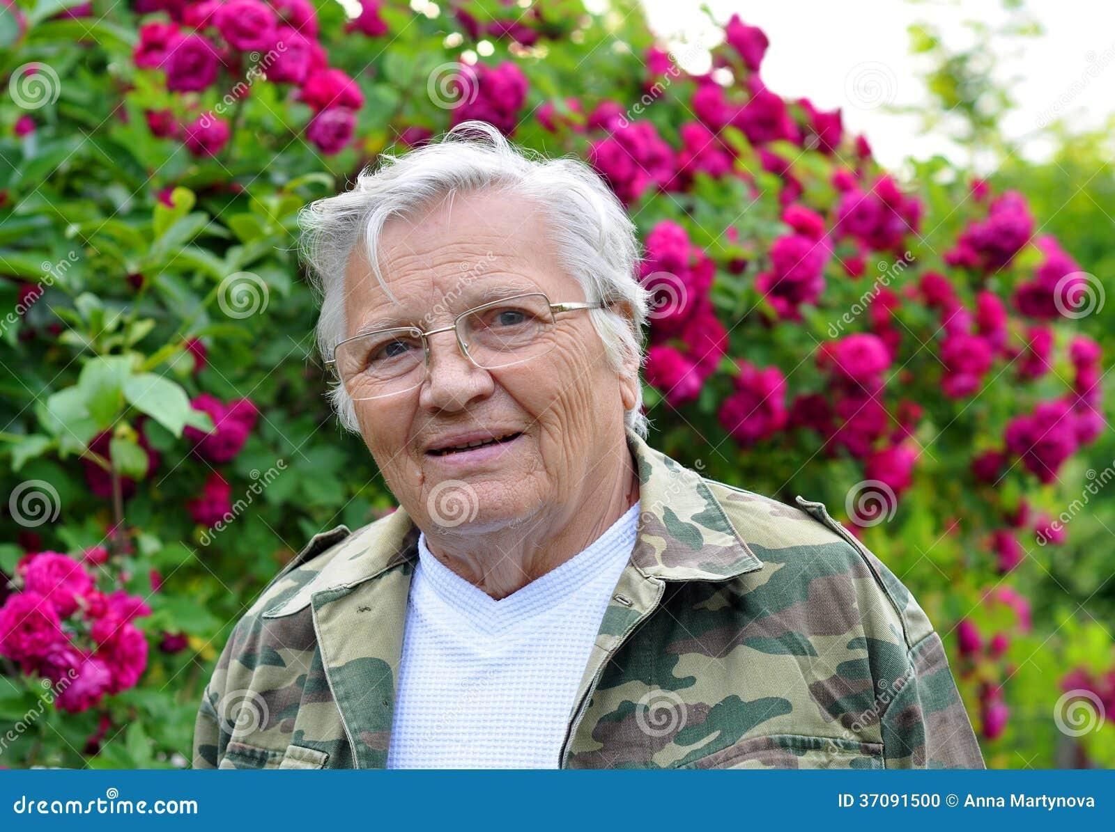 Download Dojrzała Kobiety Ogrodniczka Zdjęcie Stock - Obraz złożonej z czerwień, malinka: 37091500
