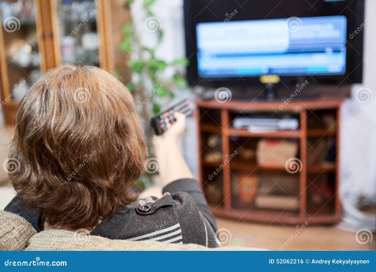 Dojrzali Kaukascy kobiety kręcenia kanały telewizyjni z pilot do tv