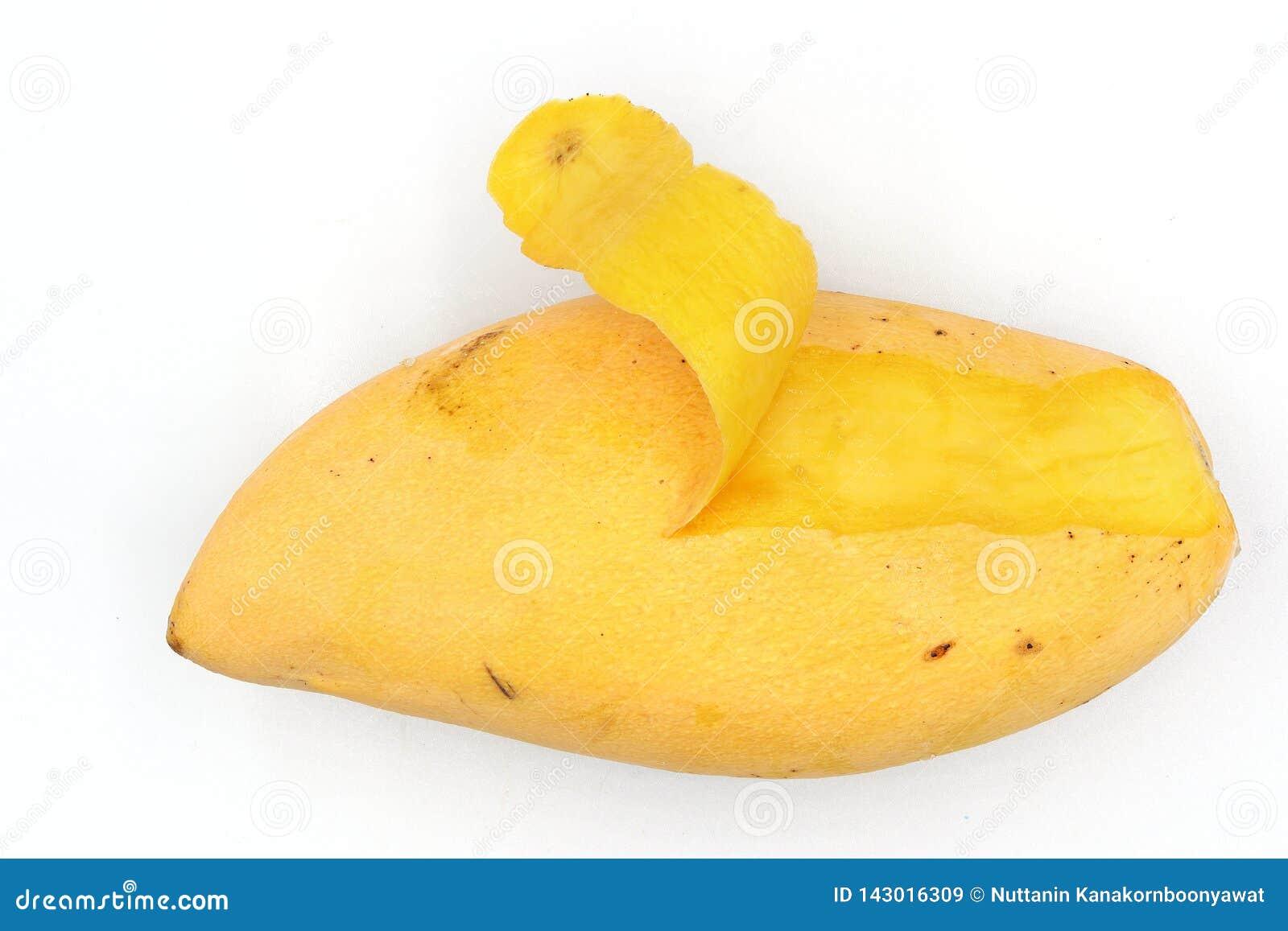 Dojrzali mango, żółta mangowa łupa odizolowywająca na czarnym tle