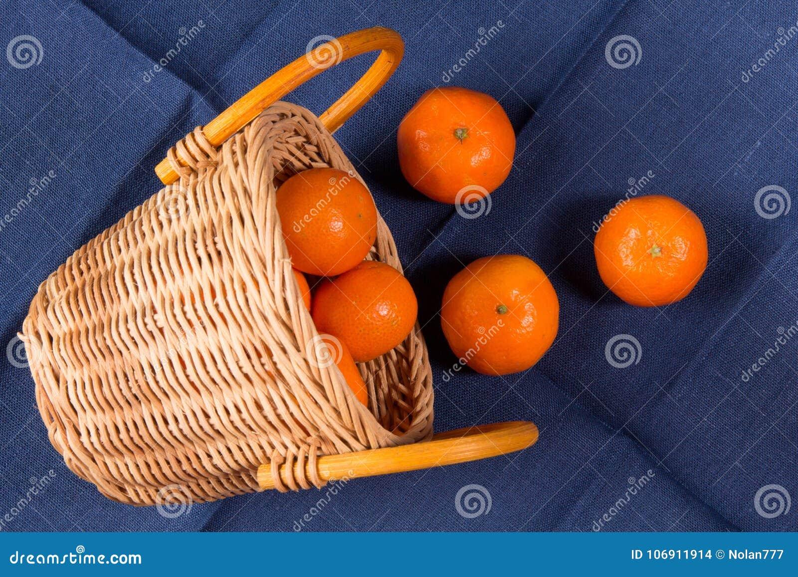 Dojrzali tangerines na błękitnej bieliźnianej pielusze
