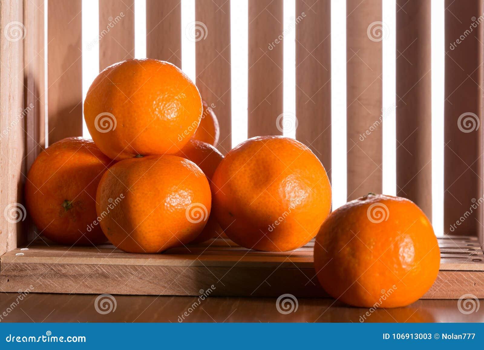 Dojrzali tangerines w drewnianym pudełku