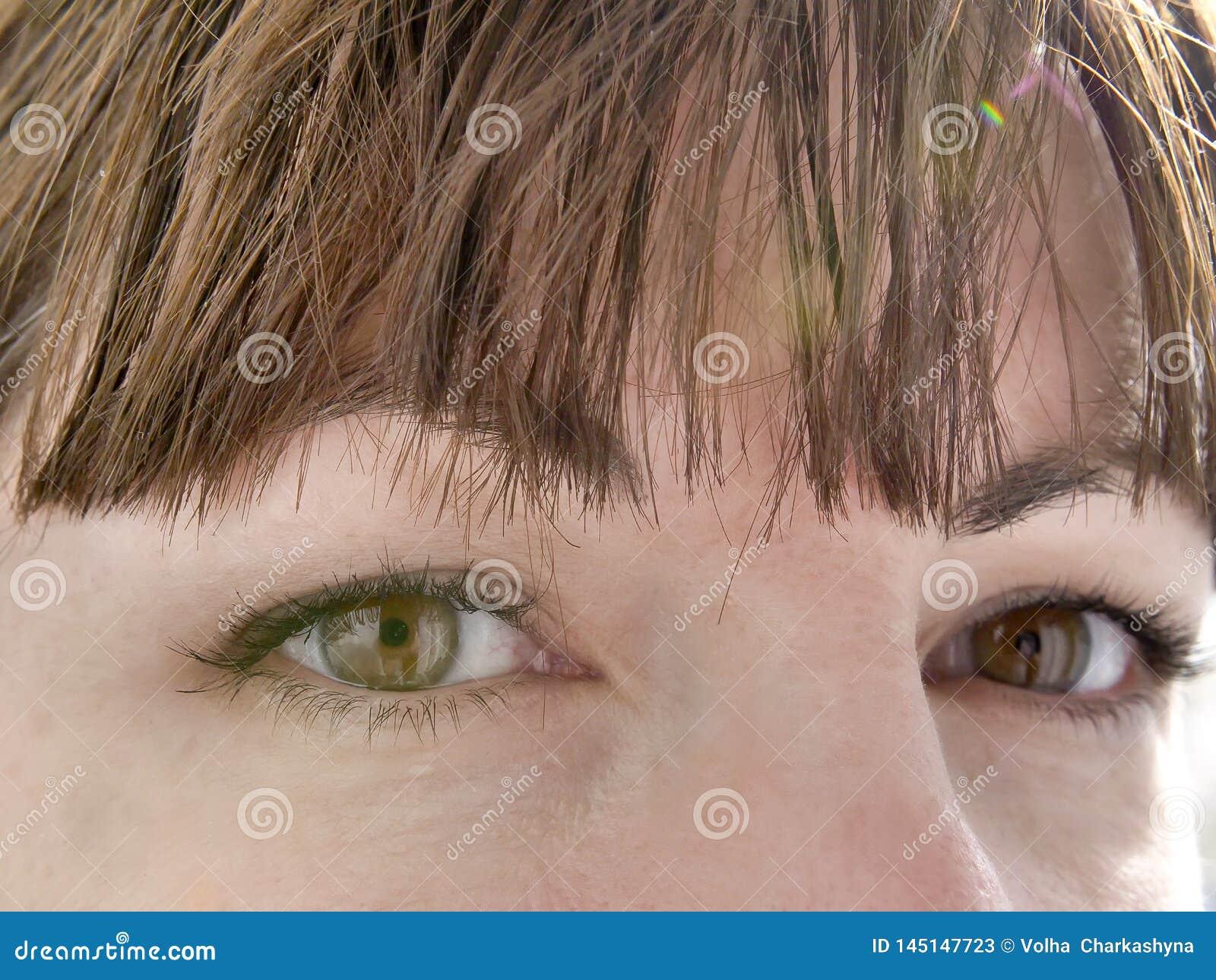 Dokładnego spojrzenia brązu oczy młoda dziewczyna, w górę