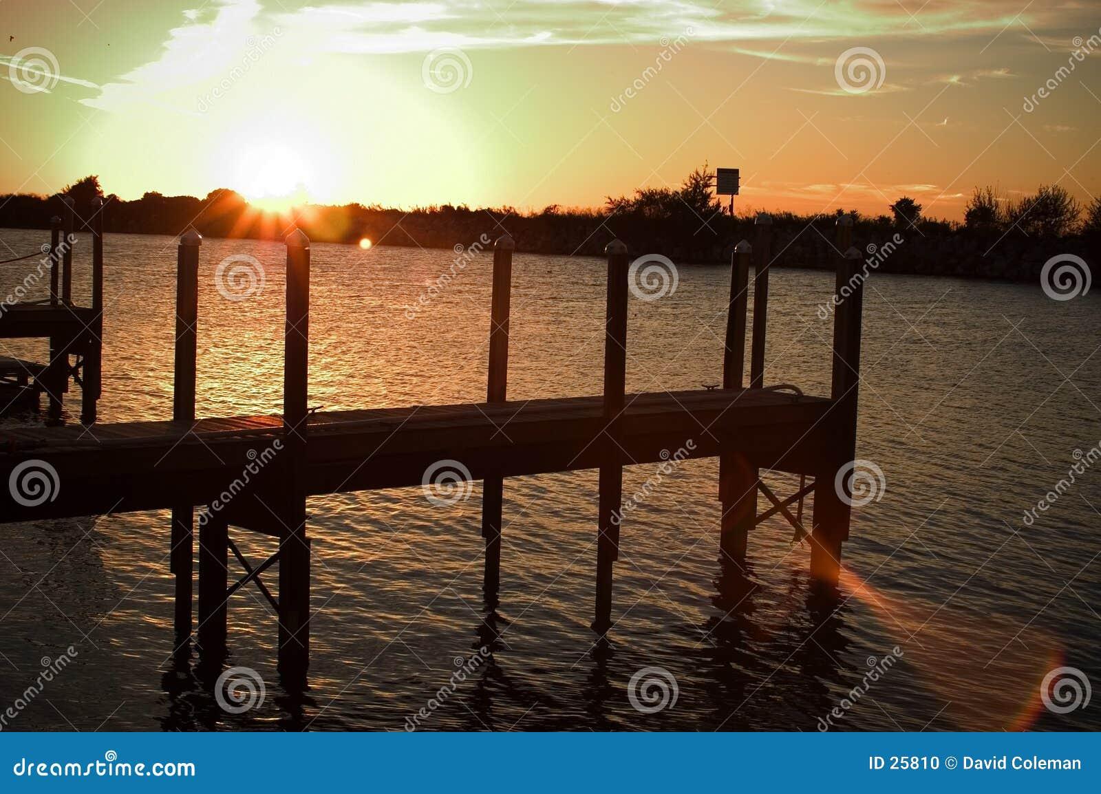 Dok bij zonsondergang