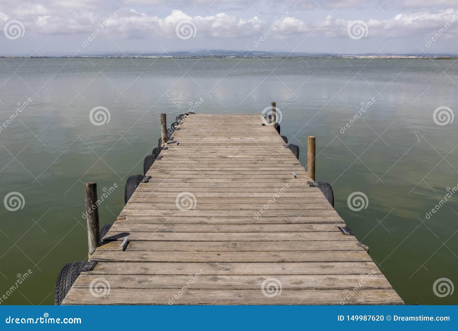 Dok jeziorem Przy ranku niebem