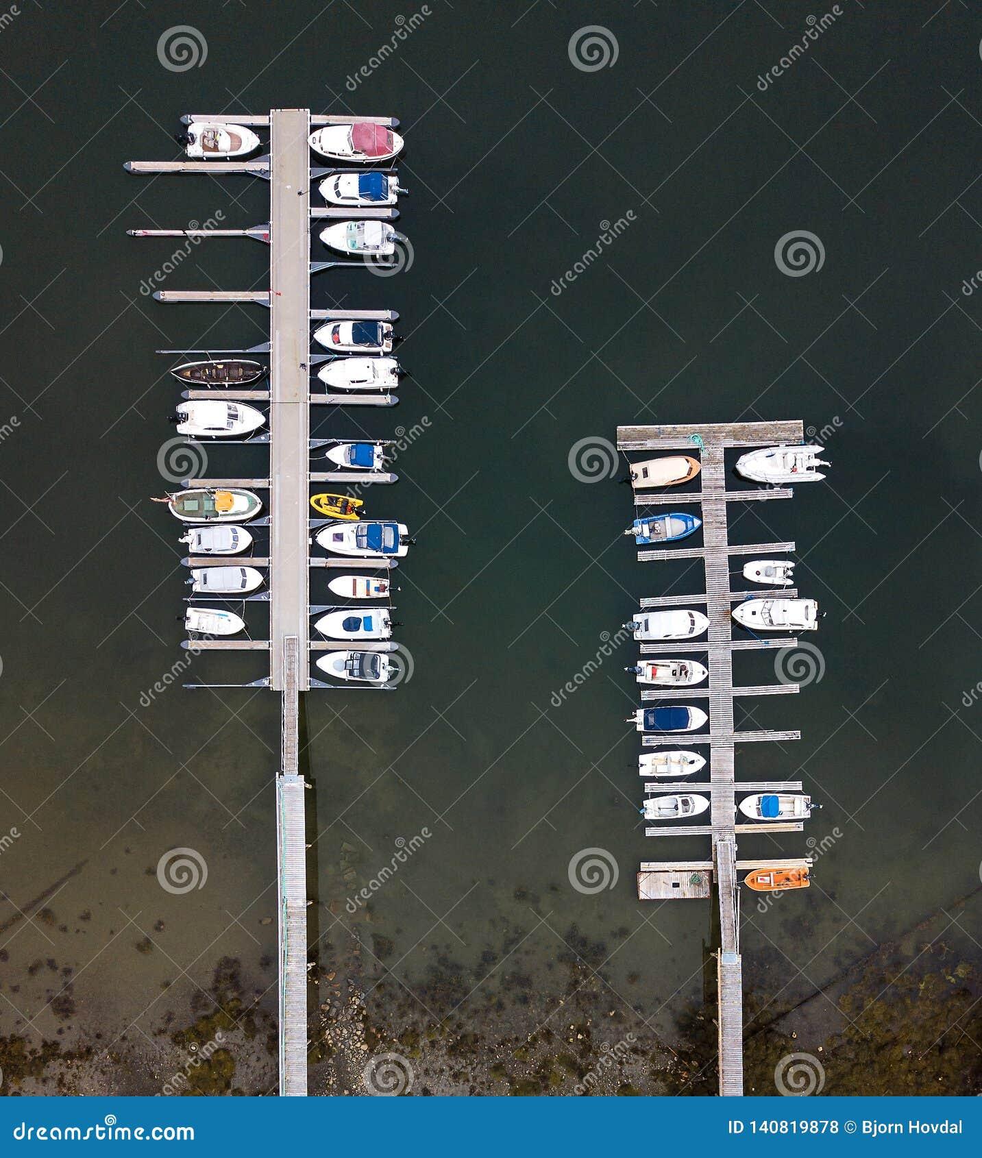 Dok met boten die van lucht worden gezien